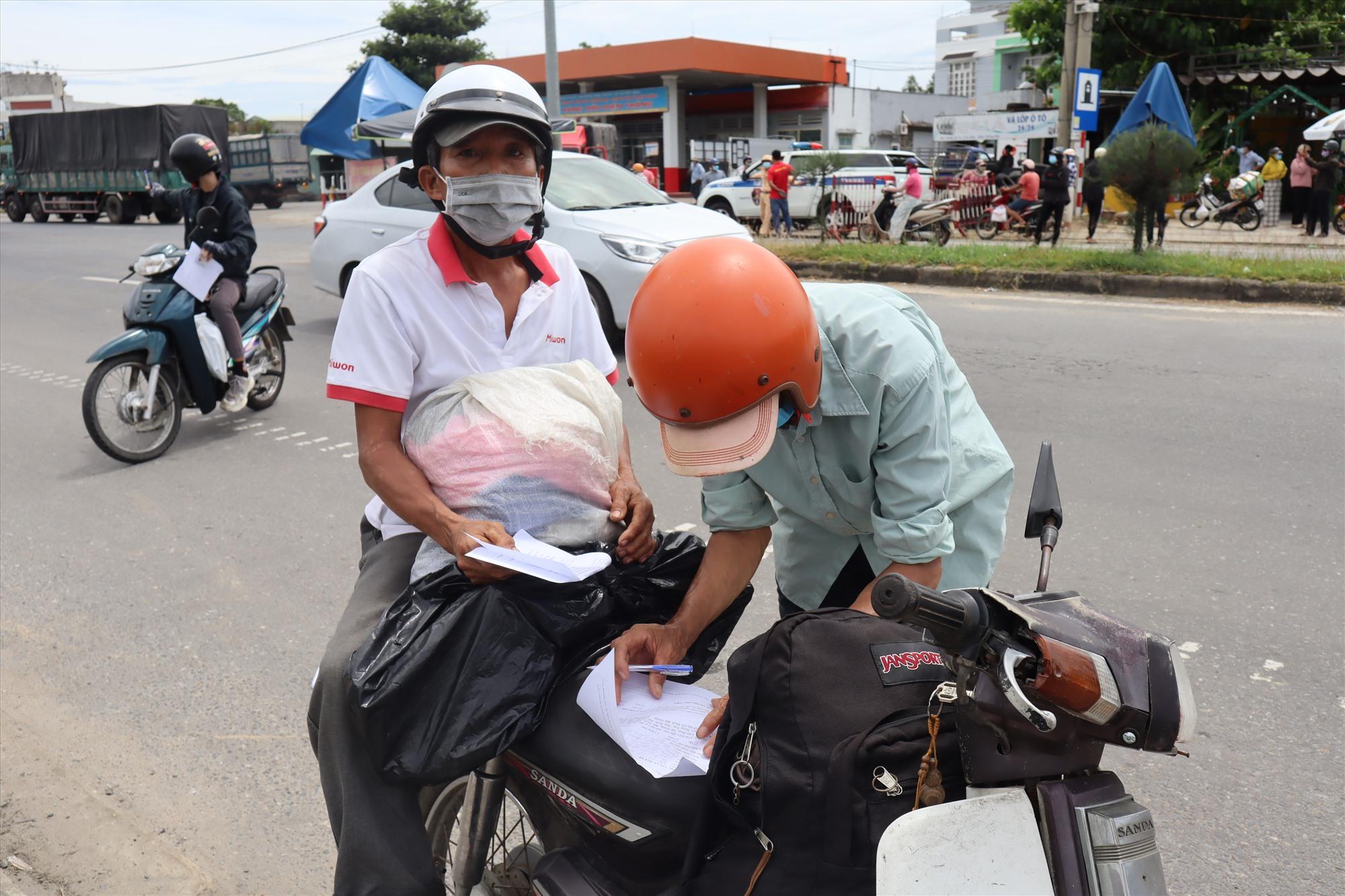 Hai người thợ kịp rời Đà Nẵng về quê tránh dịch trước buổi trưa ngày 22.7. Ảnh: Q.T