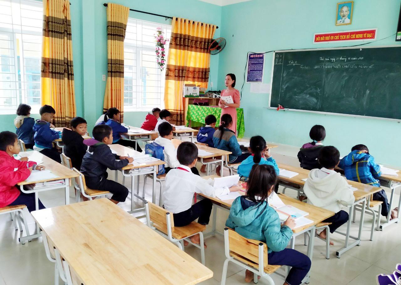 Huyện Phước Sơn yêu cầu các trường học chủ động phương án tổ chức dạy và học cho học sinh. Ảnh: Học sinh Trường Phổ thông dân tộc bán trú tiểu học và THCS xã Phước Lộc trở lại lớp học sau bão lũ năm 2020. Ảnh: T.CÔNG