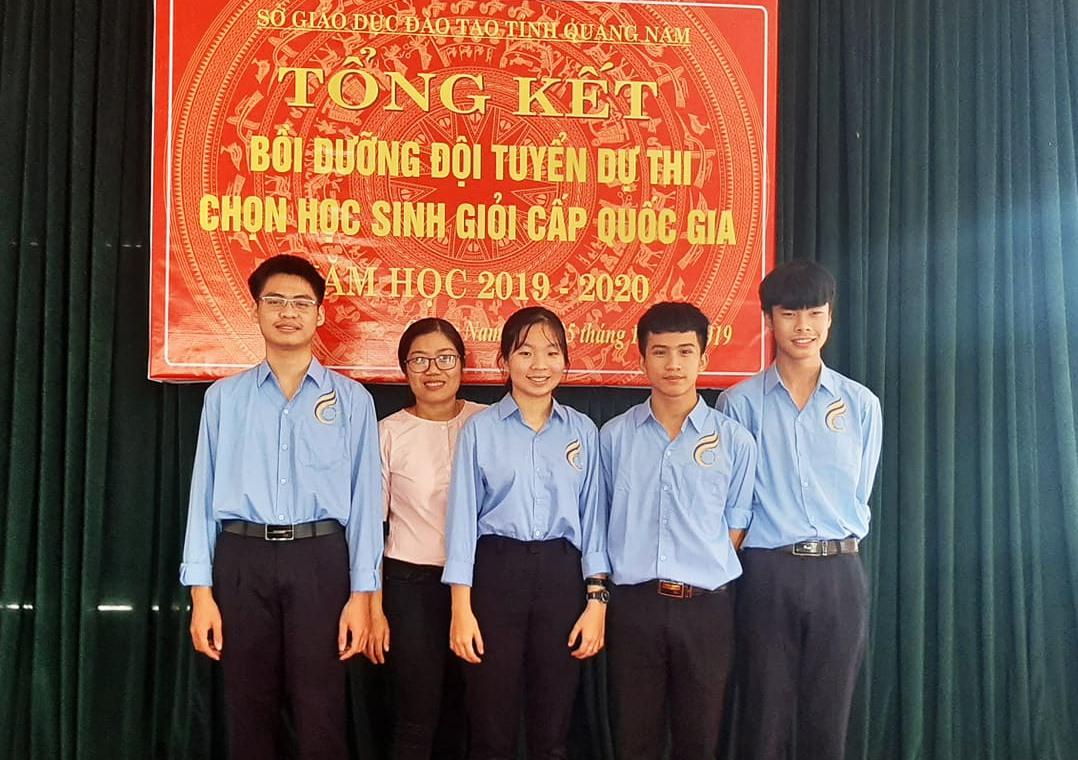 Phạm Nguyễn Trọng Tuấn (ngoài cùng bên phải) cùng các bạn trong một dịp tổng kết trao thưởng. Ảnh: NVCC