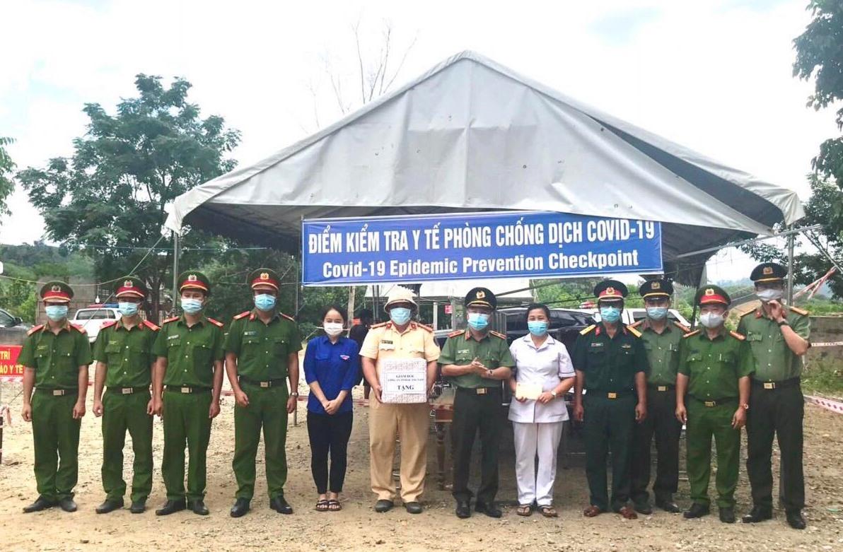 Thiếu tướng Nguyễn Đức Dũng, Giám đốc Công an tỉnh thăm hỏi, động viên lực lượng làm nhiệm vụ tại chốt kiểm dịch đèo Lò Xo