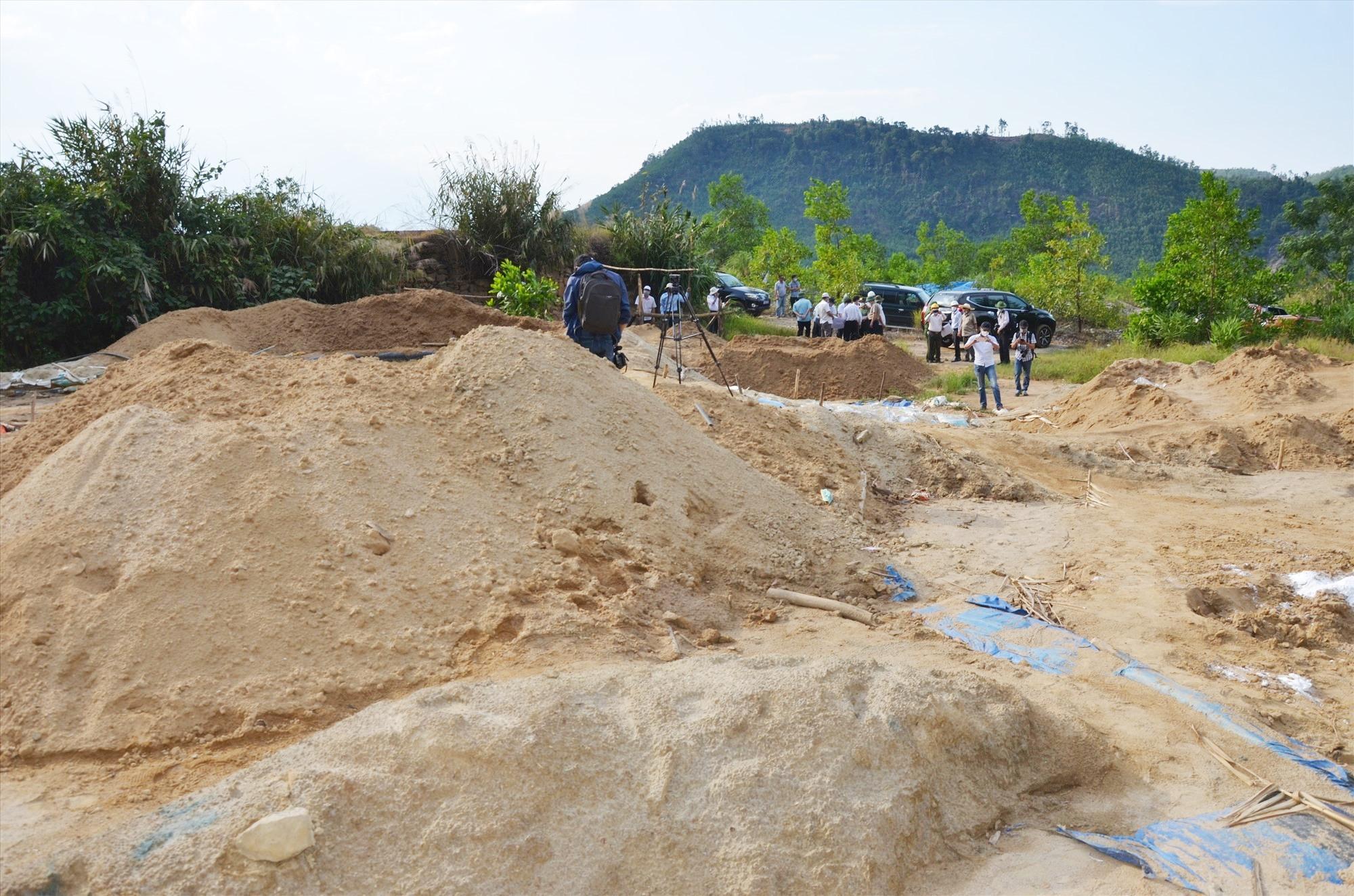 Ngổn ngang hiện trường khai thác vàng tại một vị trí mỏ vàng Bồng Miêu. Ảnh: H.P