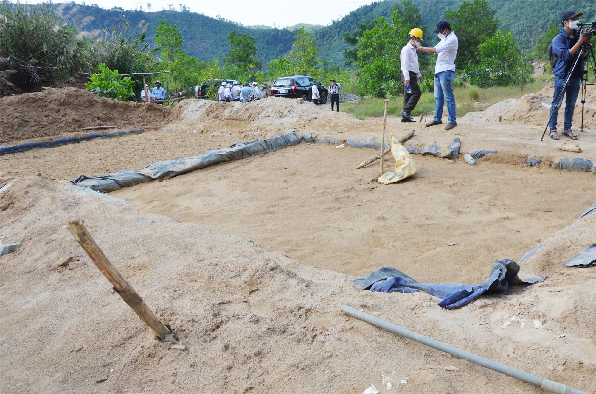 Tự phát xây hồ xử lý ngâm chiết quặng vàng. Ảnh: H.P