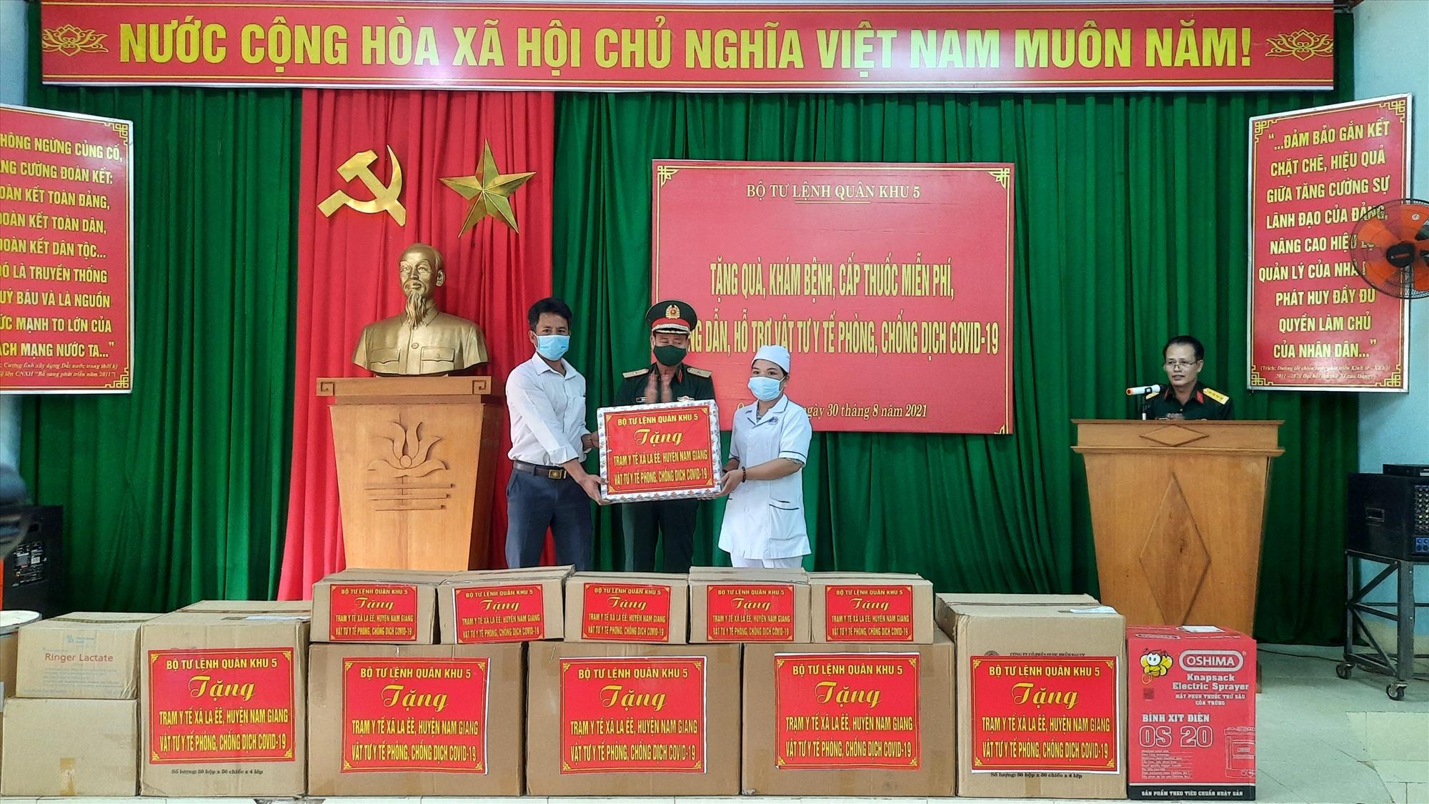 Thiếu tướng Hứa Văn Tưởng, Phó Tư lệnh Quân khu 5 trao tặng vật tư y tế phòng chống Covid-19 cho tặng quà cho xã La Ê ê, huyện Nam Giang.