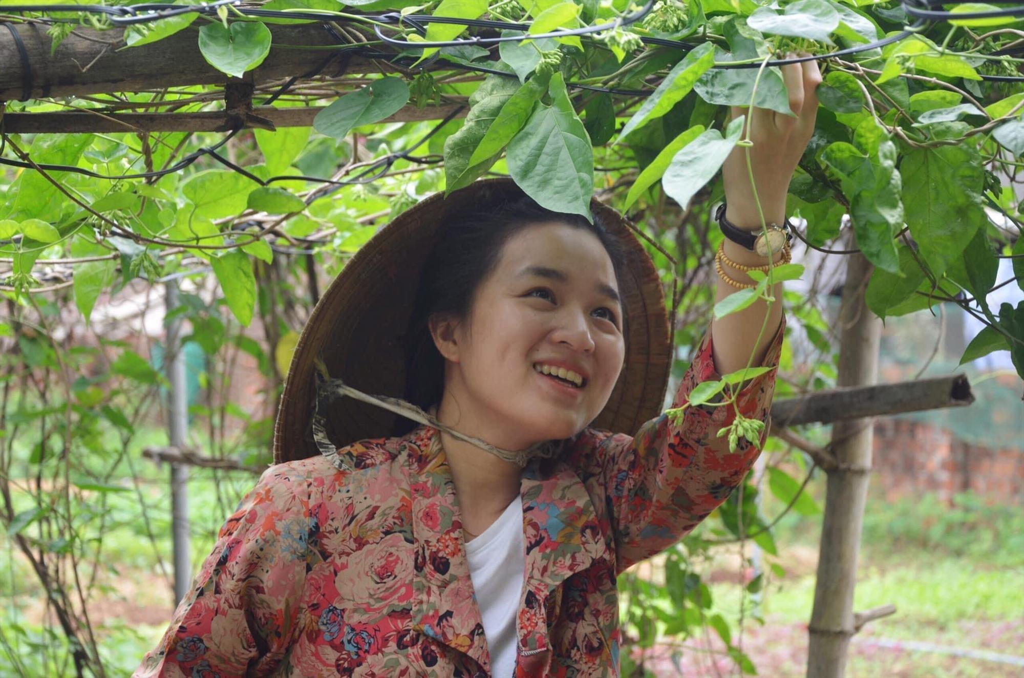 Tác giả trong khu vườn của mẹ.