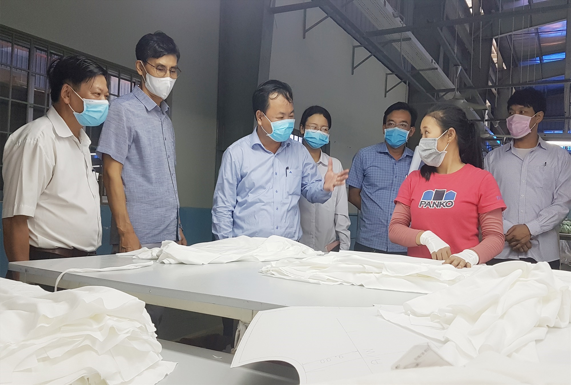 Vice Chairman of the Quang Nam provincial People's Committee Hong Quang inspects the prevention of the Covid-19 epidemic at an enterprise.
