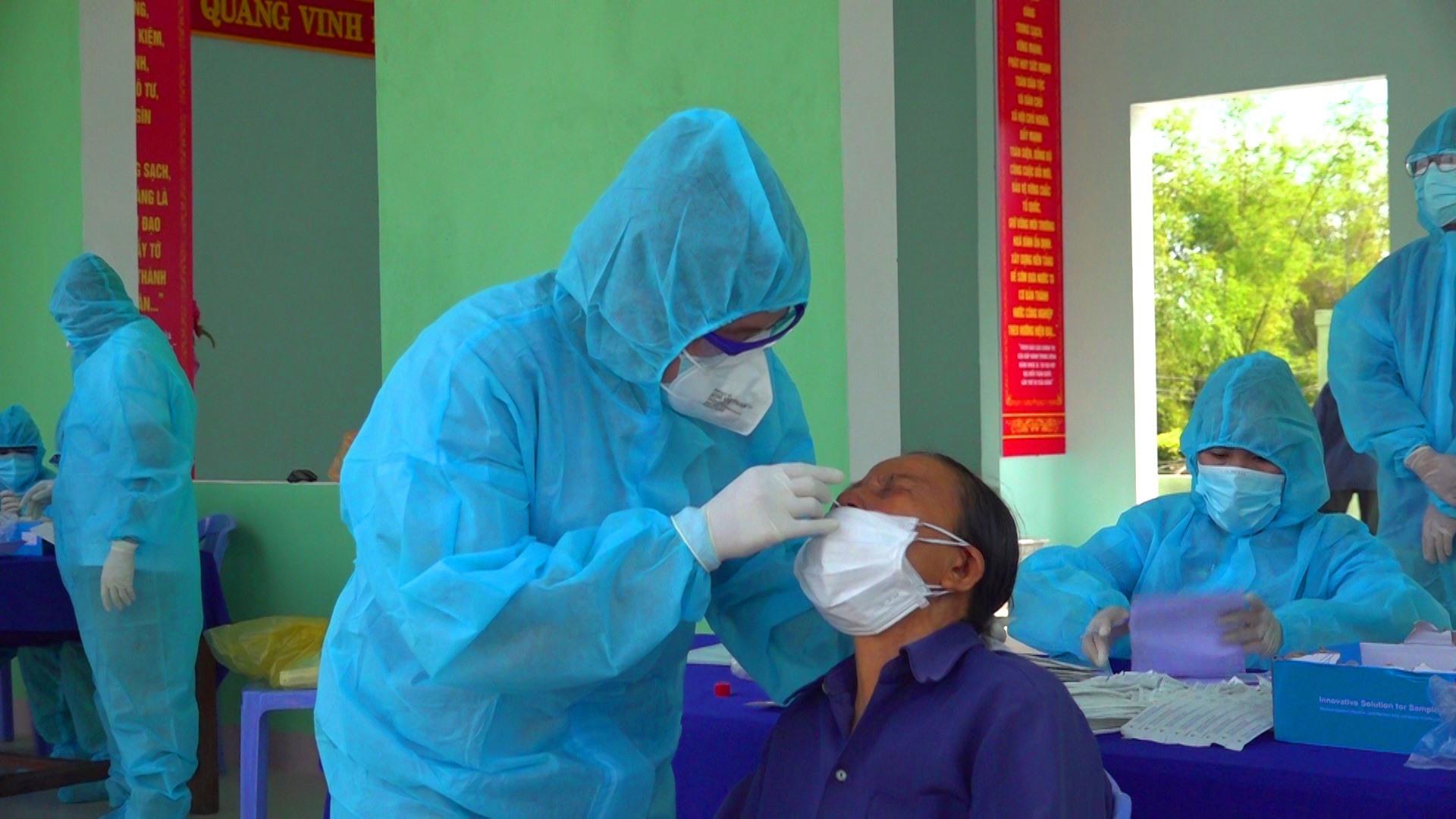 Lấy mẫu xét nghiệm cho người dân tại phường Điện Ngọc.