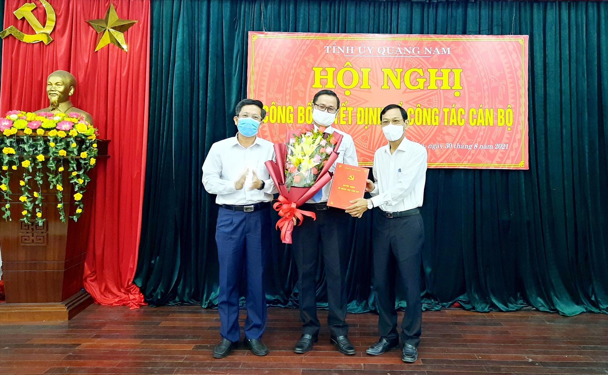 Trưởng Ban Tổ chức Tỉnh ủy Nguyễn Chín (bìa phải) trao quyết định cho ông Trình Minh Đức.