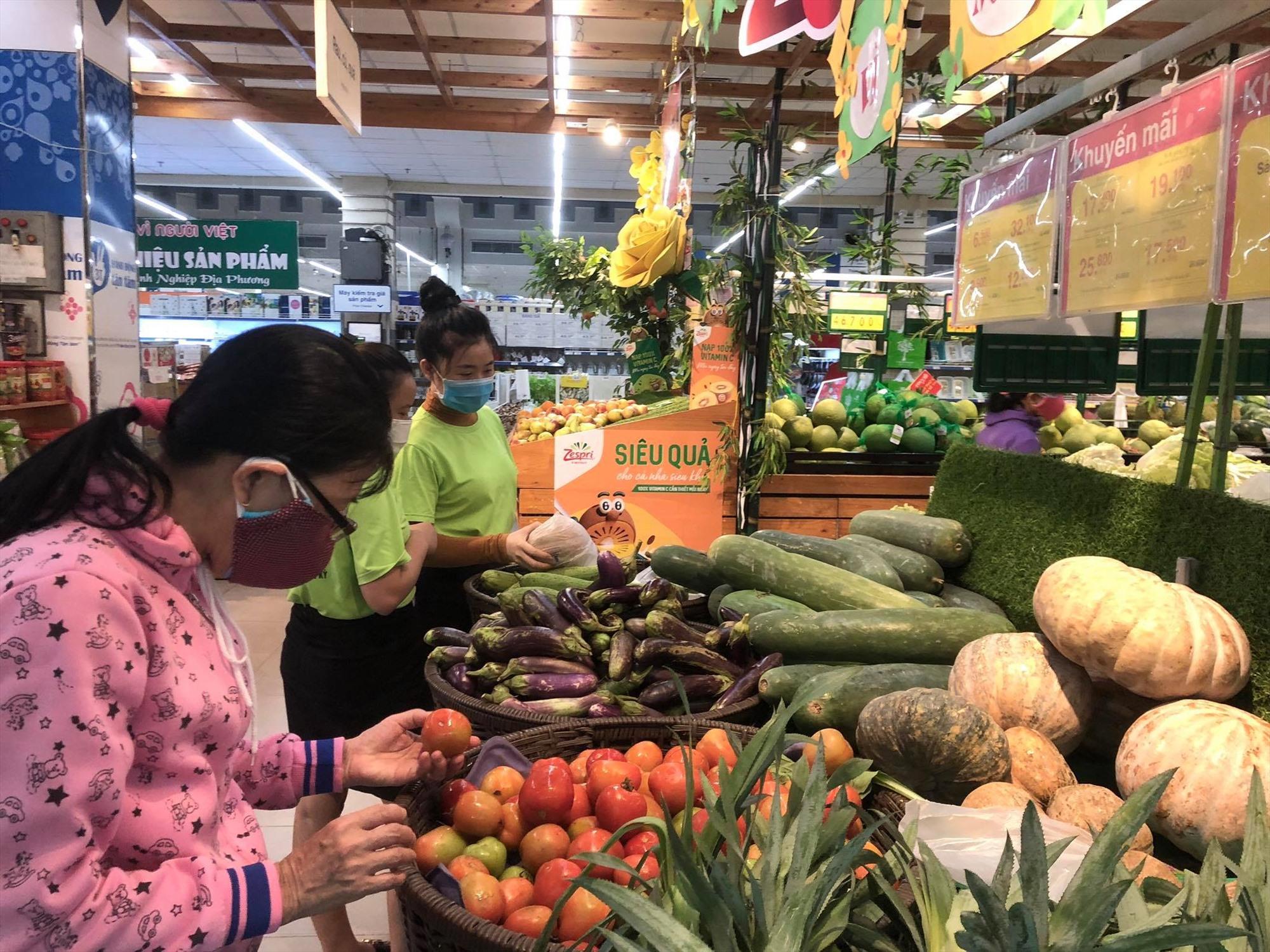 Hàng hóa thiết yếu đang được các siêu thị, chợ truyền thống chuẩn bị, đảm bảo cung ứng trong trường hợp dịch diễn biến phức tạp. Ảnh: V.LỘC
