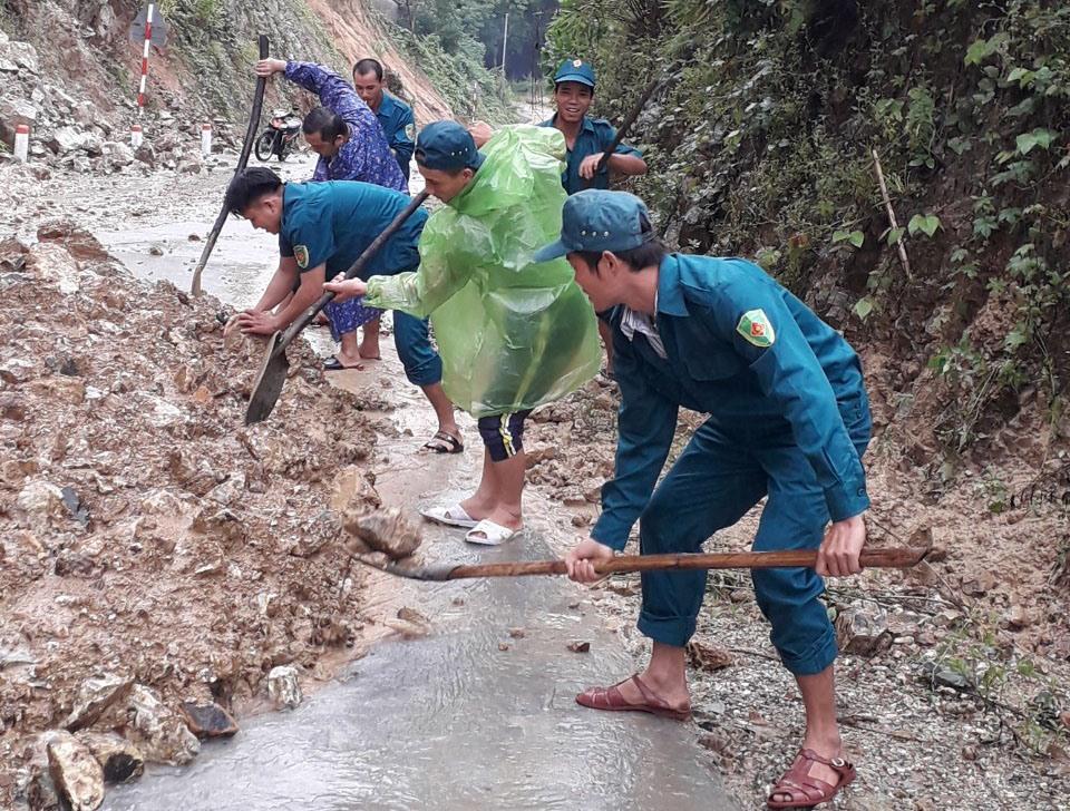 Khi mưa lũ gây sạt lở đường sá, huyện Nông Sơn sẽ huy động lực lượng thanh niên xung kích ra quân khắc phục kịp thời nhằm đảm bảo việc lưu thông. Ảnh: S.A