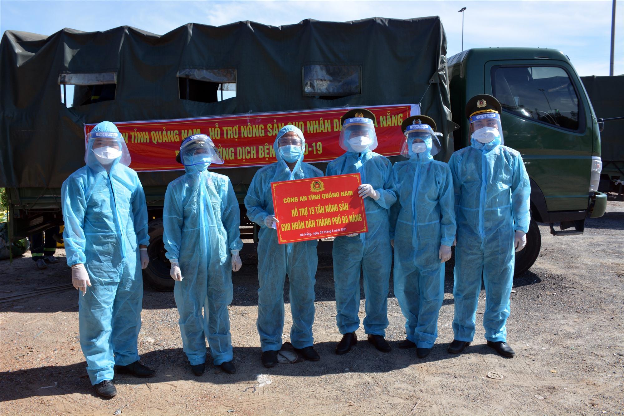 Bàn giao 15 tấn nông sản cho Công an TP.Đà Nẵng để giúp dân vùng phong tỏa.