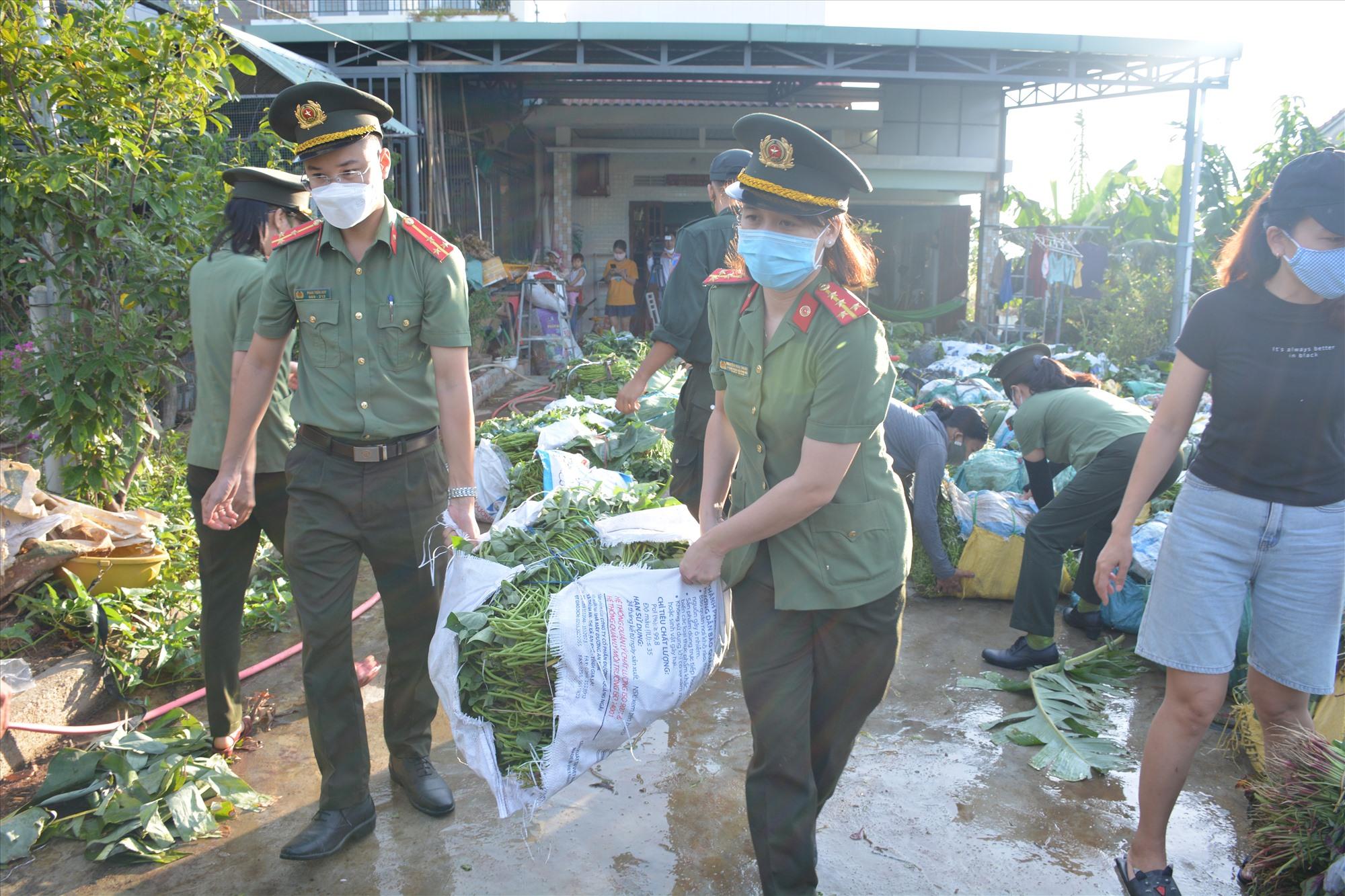 Đoàn viên thanh niên, hội viên hội phụ nữ tham gia giải cứu nông sản cho nông dân.