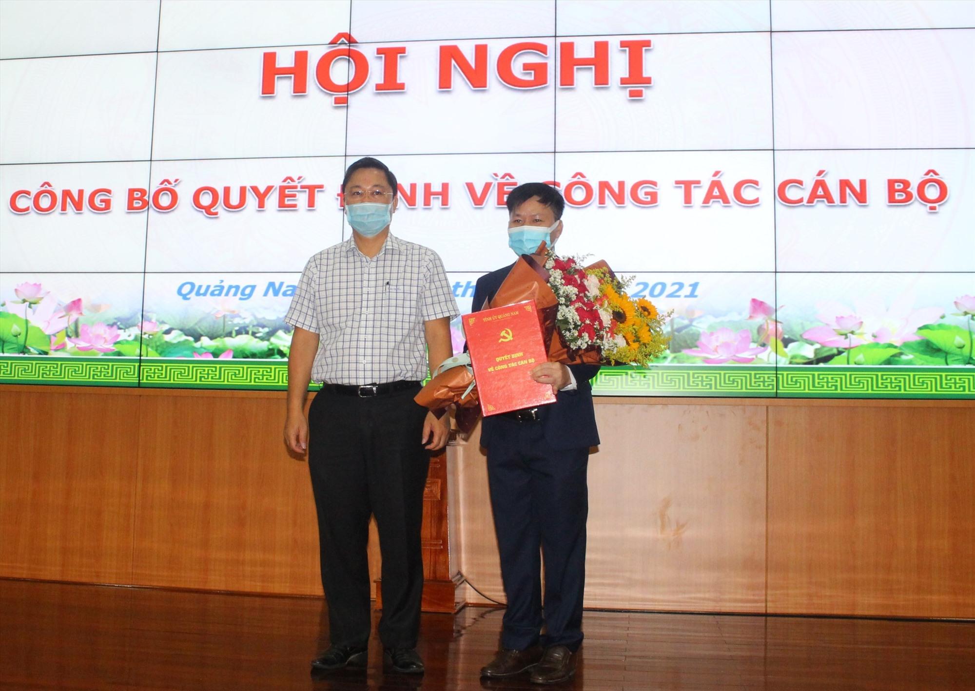 Chủ tịch UBND tỉnh Lê Trí Thanh trao quyết định bổ nhiệm và tặng hoa chúc mừng ông Nguyễn Như Công nhận nhiệm vụ mới tại UBND tỉnh. Ảnh: N.Đ