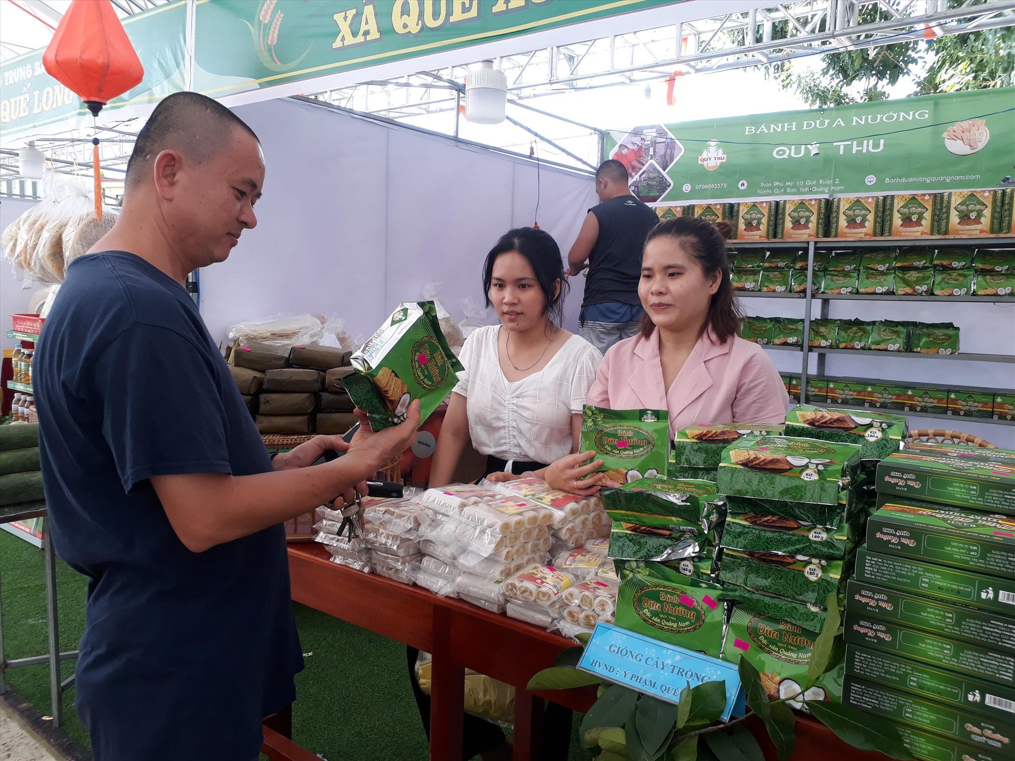 Các chủ thể OCOP ở Quế Sơn tích cực quảng bá sản phẩm, mở rộng thị trường tiêu thụ. Ảnh: N.S