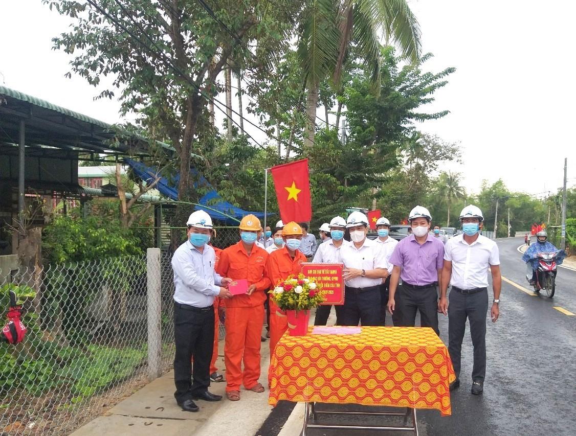 Phó Bí thư Thường trực Tỉnh ủy Lê Văn Dũng (thứ tư bên trái sang) và Phó Chủ tịch UBND tỉnh Nguyễn Hồng Quang (đầu tiên bên trái) tặng quà động viên đơn vị thi công.