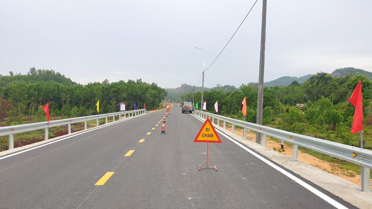 Phần lớn chiều dài tuyến đường thuộc dự án đã hoàn thành thảm bê tông nhựa. Ảnh: CT
