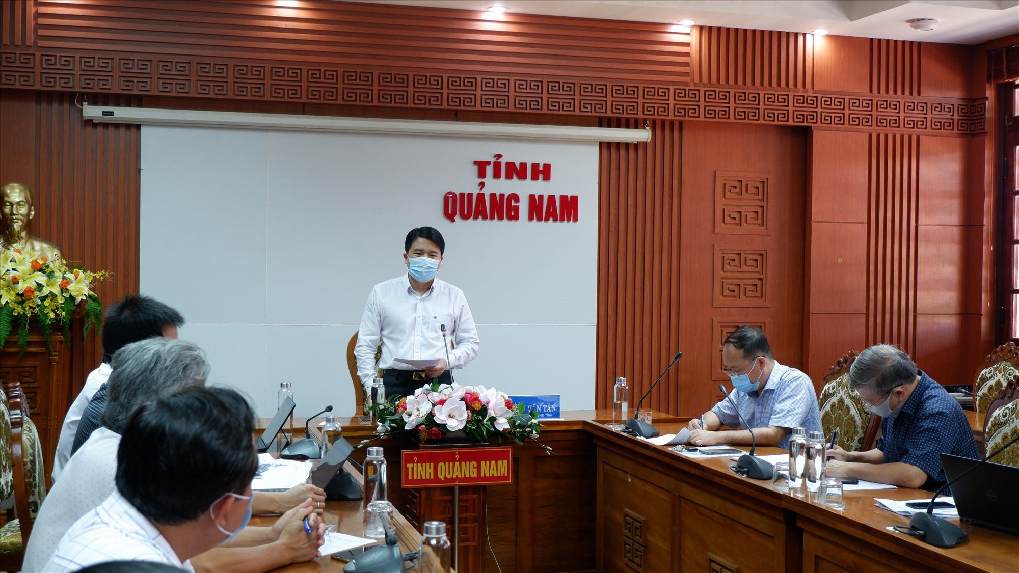 Phó Chủ tịch UBND tỉnh Trần Văn Tân chủ trì cuộc làm việc với Tiểu ban Điều trị Covid-19. Ảnh: X.H