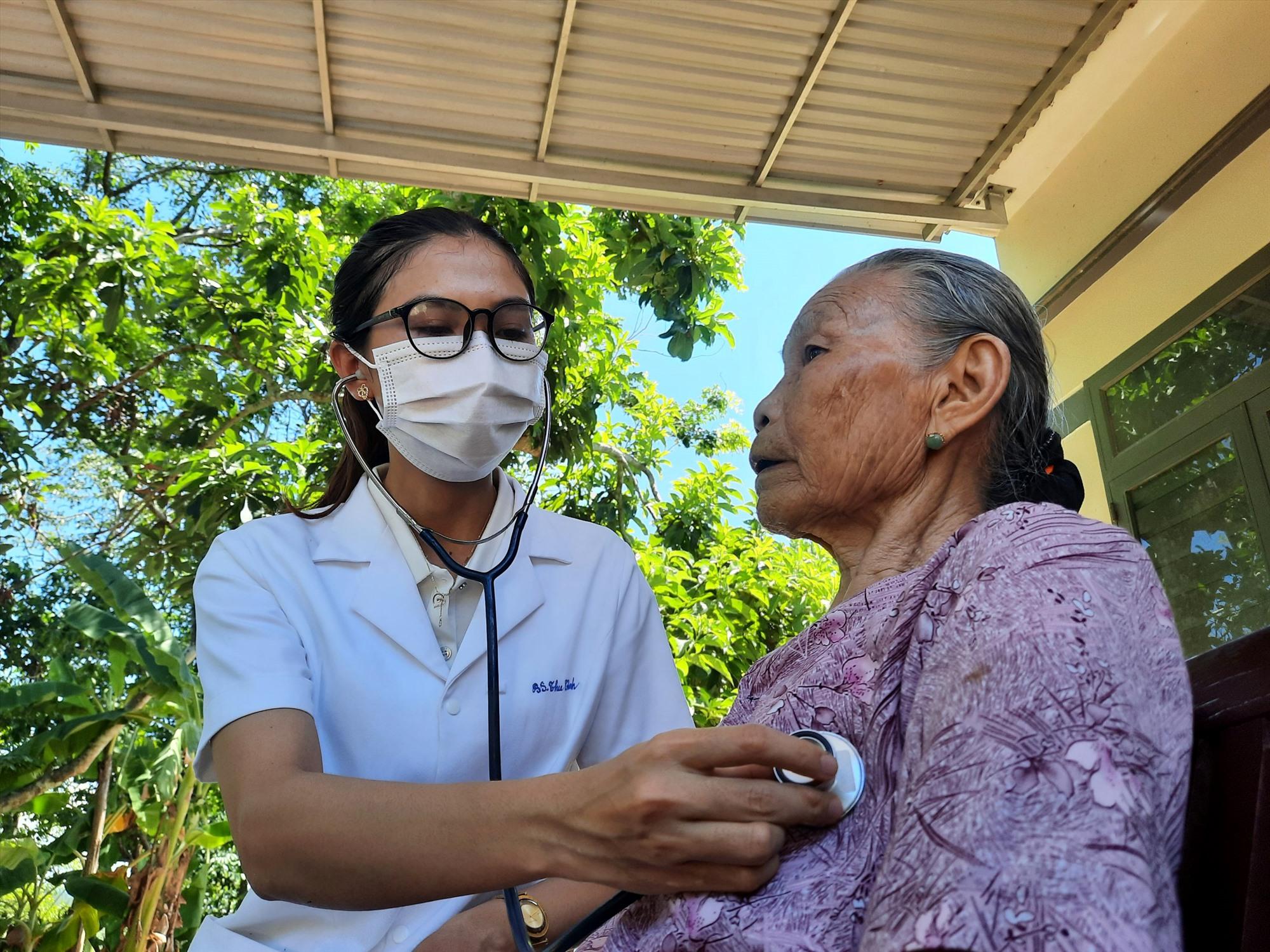 Cán bộ y tế khám bệnh cho bà Nhiên dịp kỷ niệm ngày Thương binh - Liệt sĩ 27.7 vừa qua. Ảnh: Q.C
