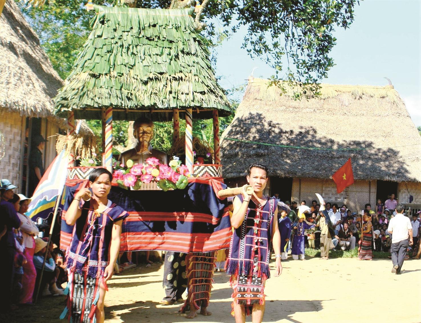 Đồng bào Cơ Tu ở xã Sông Kôn (Đông Giang) rước tượng Bác trong ngày hội truyền thống những năm trước. Ảnh: ALĂNG NGƯỚC