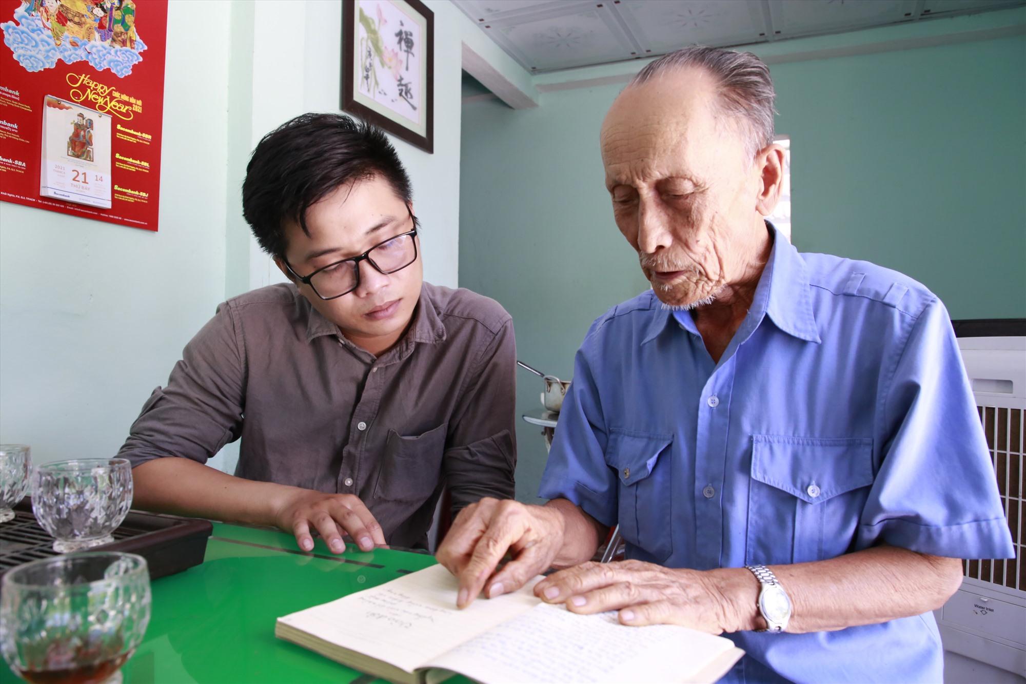 Quãng đời hoạt động cách mạng được ông Lang chép lại bằng thơ, trong cuốn sổ tay luôn giữ cẩn thận. Ảnh: T.C