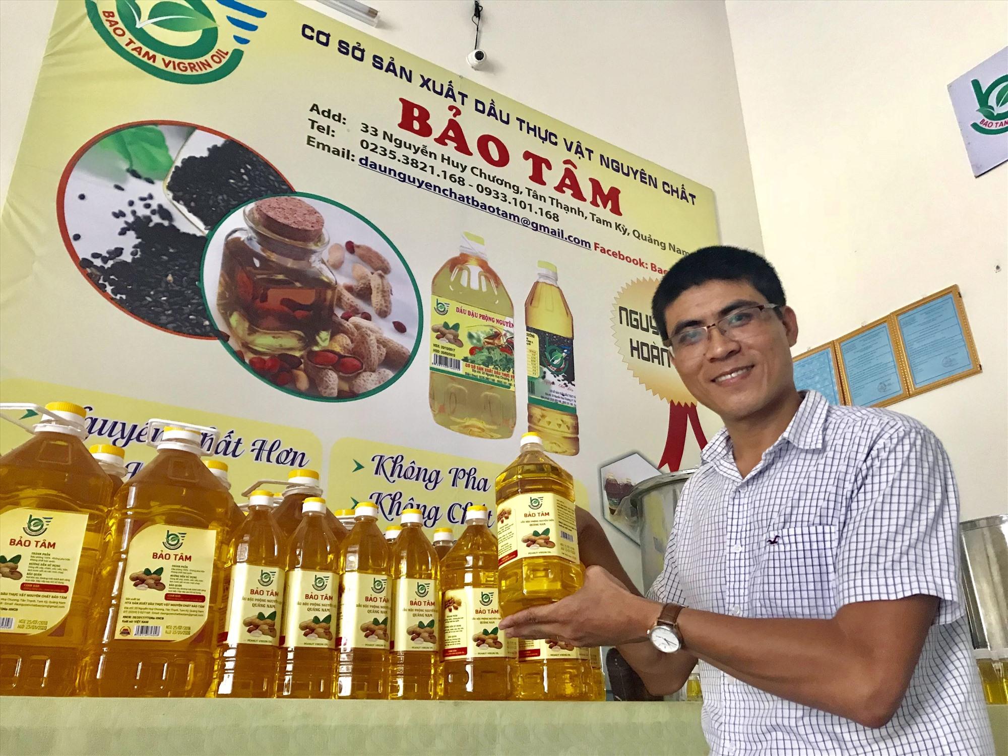 Hiện nay, HTX dầu thực vật nguyên chất Bảo Tâm (Tam Kỳ) đã có 2 sản phẩm được công nhận đạt chuẩn OCOP 4 sao cấp tỉnh là dầu phụng và dầu mè đen. Ảnh: N.S
