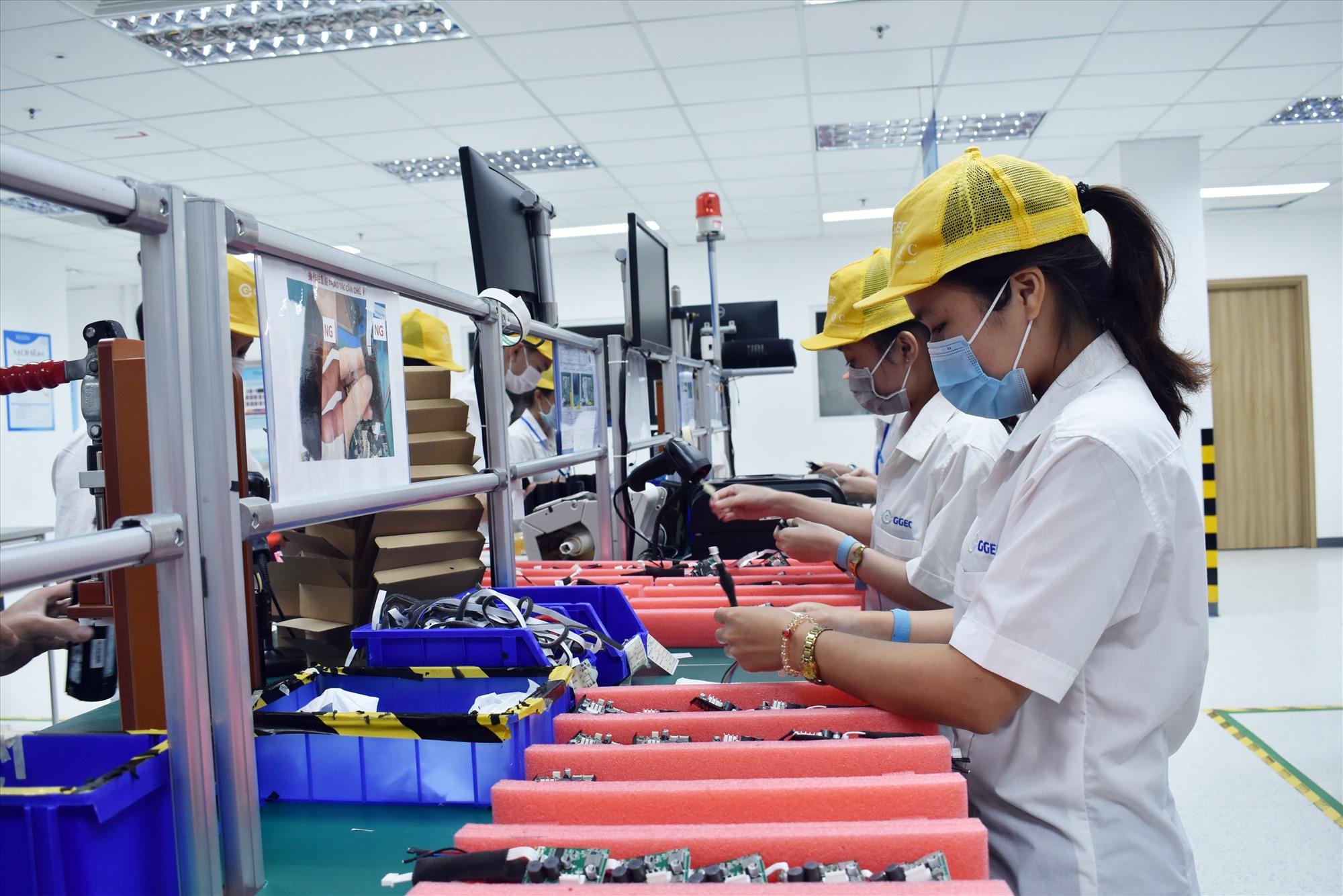 Nhiều doanh nghiệp trong các KCN đã thực hiện tốt mục tiêu kép vừa chống dịch vừa sản xuất hiệu quả. Ảnh: V.LỘC