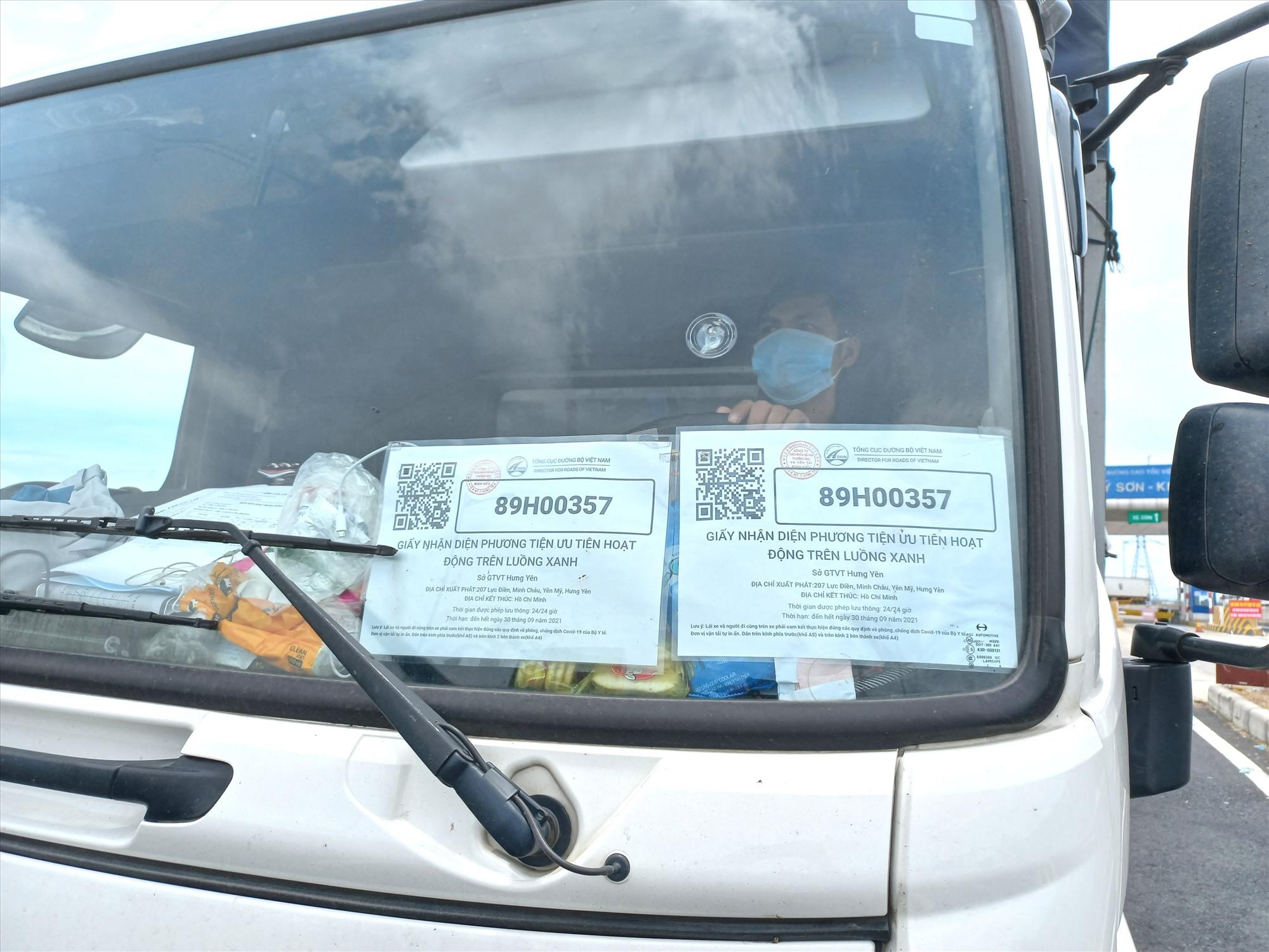 """Xe chở hàng có dán Giấy nhận diện phương tiện ưu tiên hoạt động trên """"Luồng xanh"""" qua chốt kiểm soát tại Quảng Nam. Ảnh: CT"""