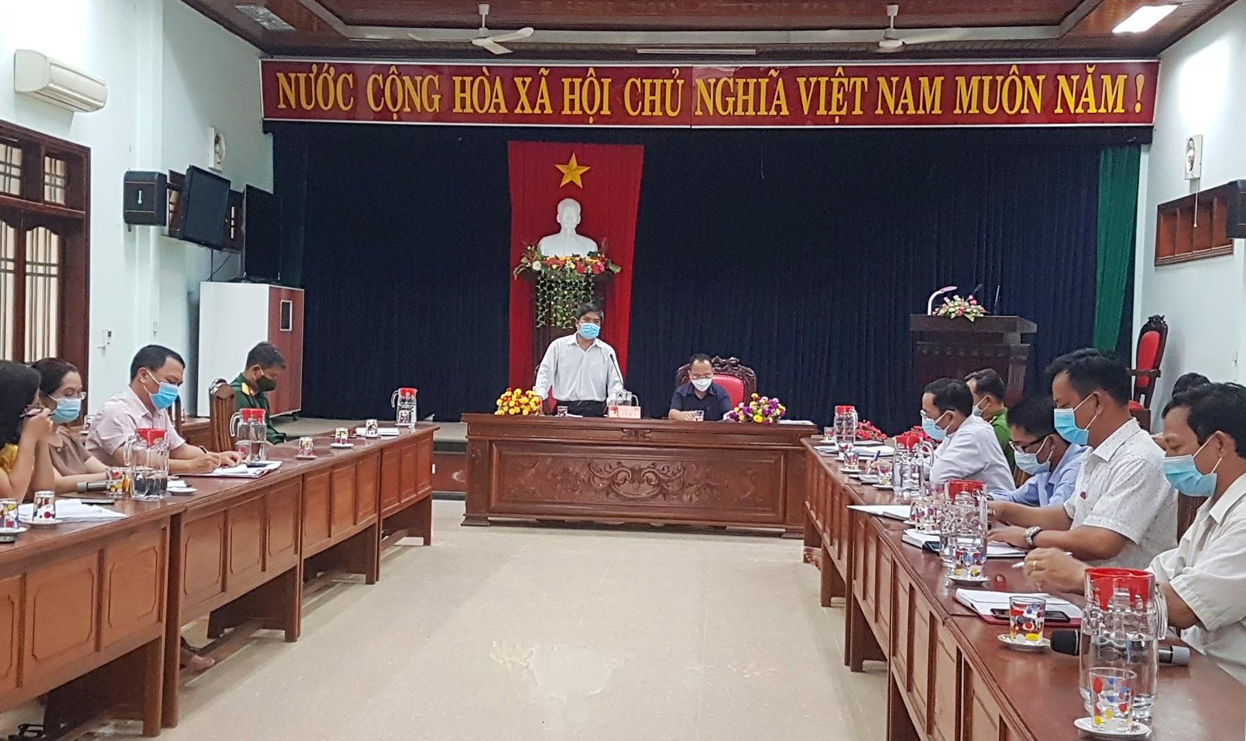 Ban Chỉ đạo phòng chống dịch bệnh Covid-19 huyện Phước Sơn họp khẩn trong chiều nay 4.8. Ảnh: D.L