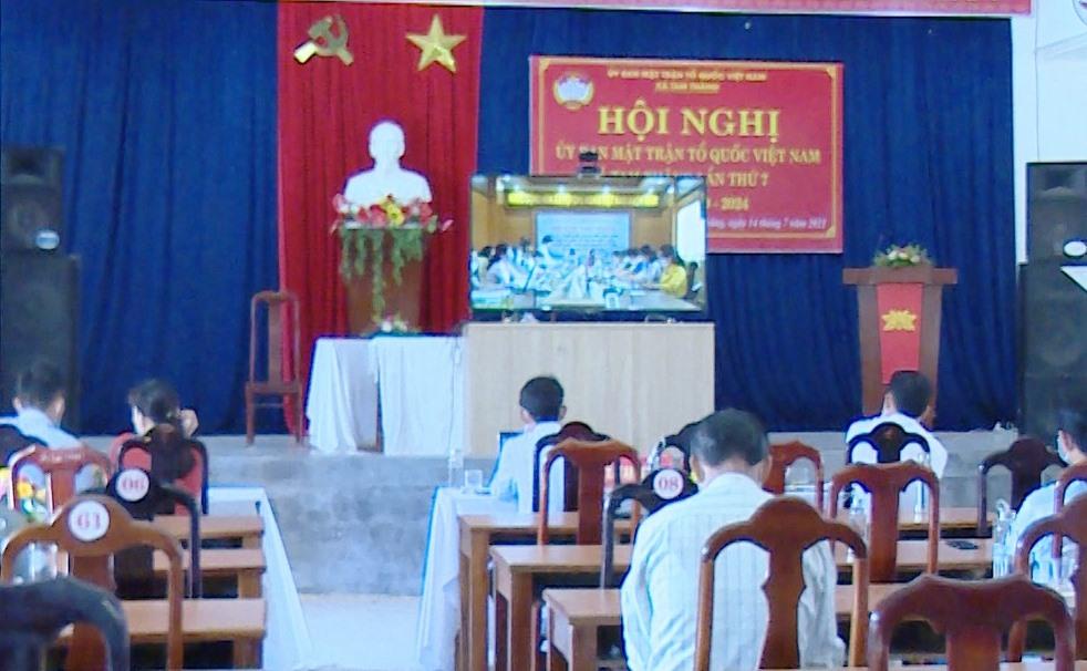 Một hội nghị trực tuyến được thực hiện tại điểm cầu xã Tam Thăng. Ảnh: Q.S