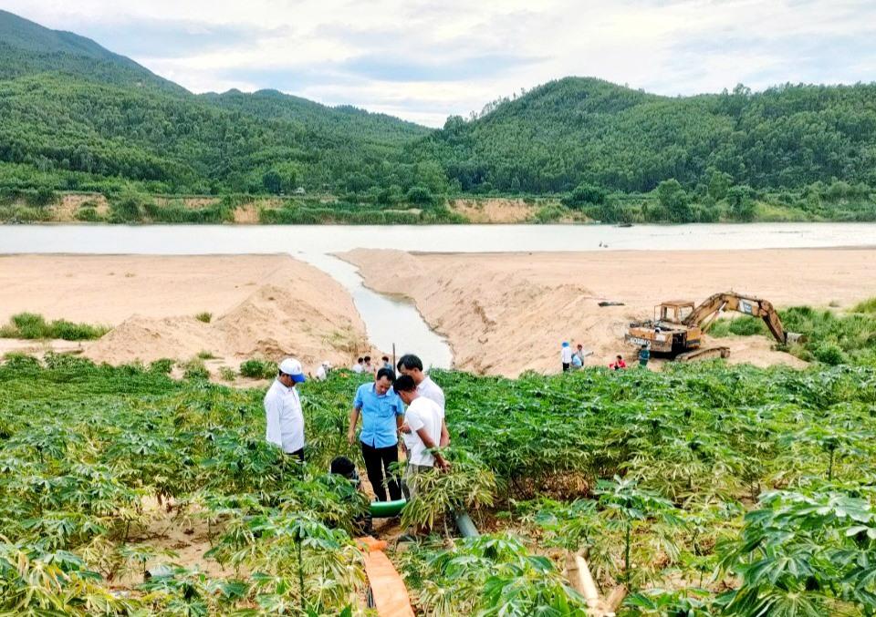 Hồ chứa Hóc Kết cạn kiệt, ngành nông nghiệp huyện Duy Xuyên phải lắp đặt 3 máy bơm dã chiến để hút nước từ sông Thu Bồn lên chống hạn cho 30ha lúa ở xã Duy Thu. Ảnh: VĂN SỰ