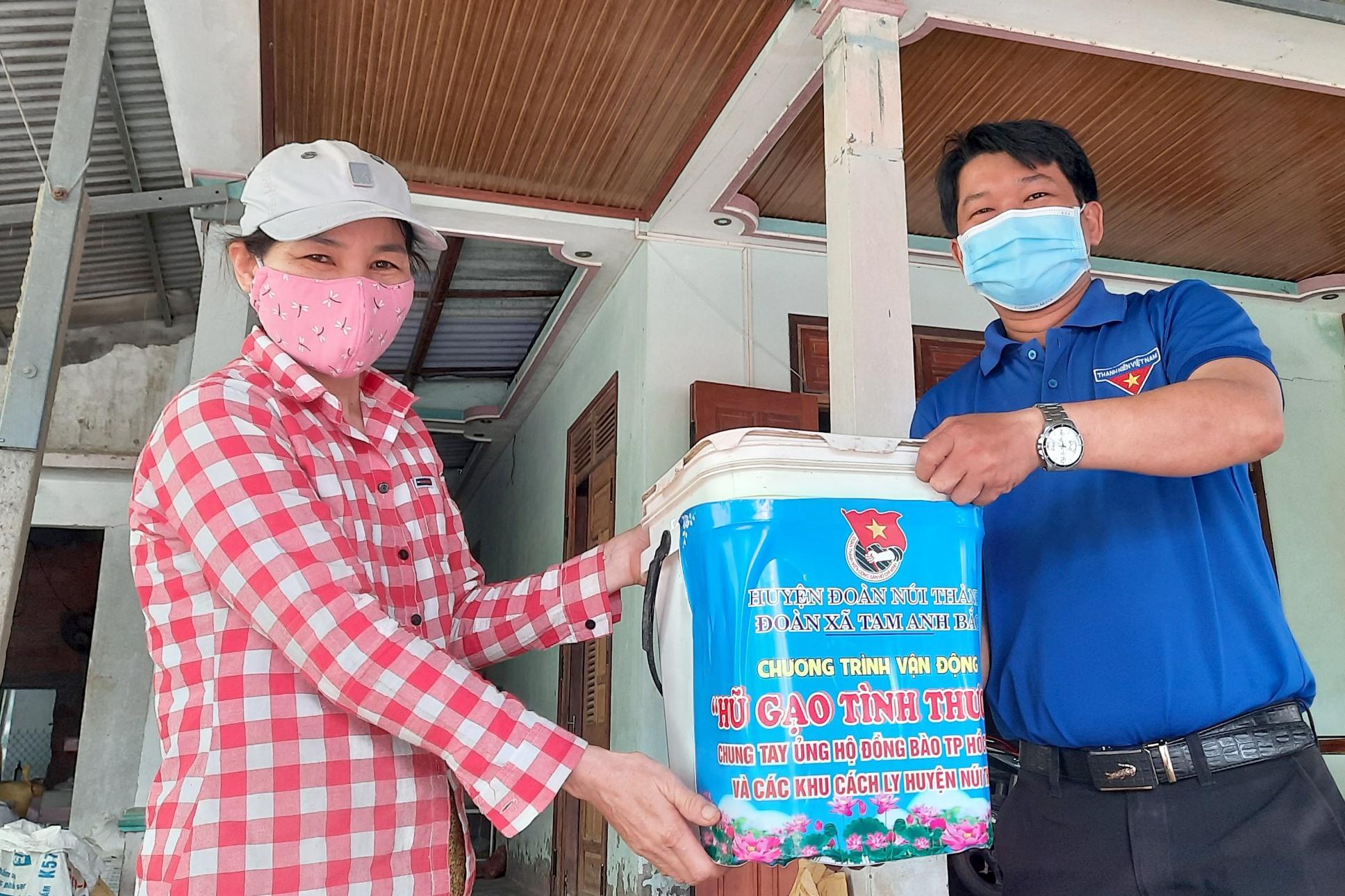 """Qua 3 ngày phát động mô hình """"hũ gạo tình thương"""", đoàn xã Tam Anh Bắc đã tiếp nhận hơn 100 kg gạo từ người dân địa phương hỗ trợ. Ảnh: H.Q"""