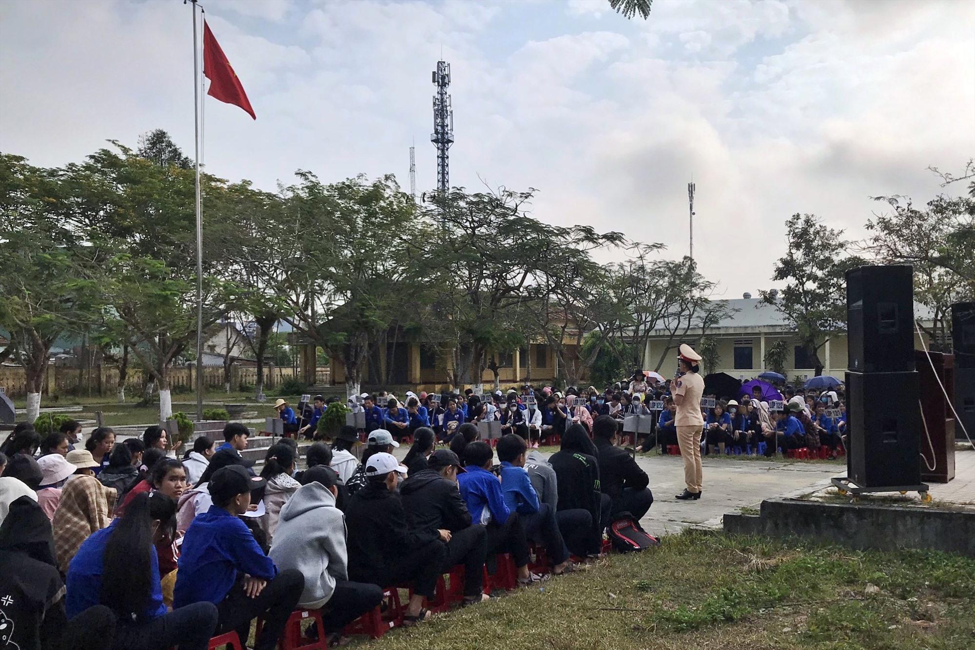 Công an huyện Phú Ninh phối hợp cùng Công an tỉnh tuyên truyền pháp luật về ATGT cho học sinh. Ảnh: CA.PN
