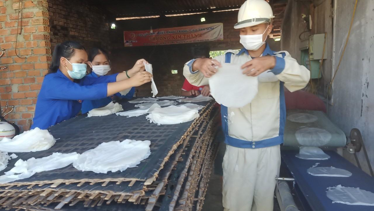 Các bạn trẻ tỉ mẩn làm mì để gửi vào TP.Hồ Chí Minh. Ảnh: T.Đạt