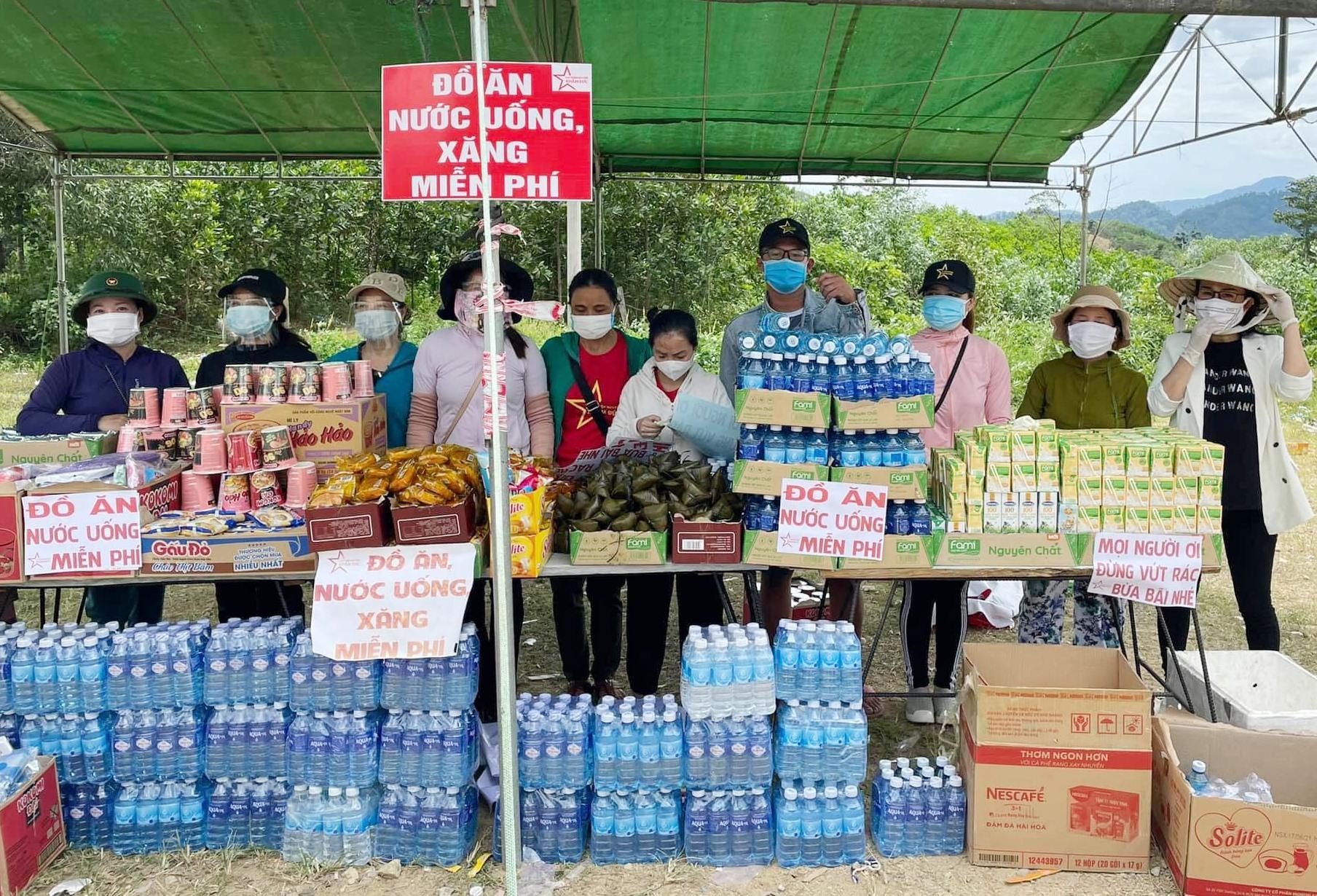 Bà con Khâm Đức đã phát đồ ăn, nước uống miễn phí cho những người hồi hương về qua chốt kiểm soát tại đèo Lò Xo. Ảnh: Đ.K