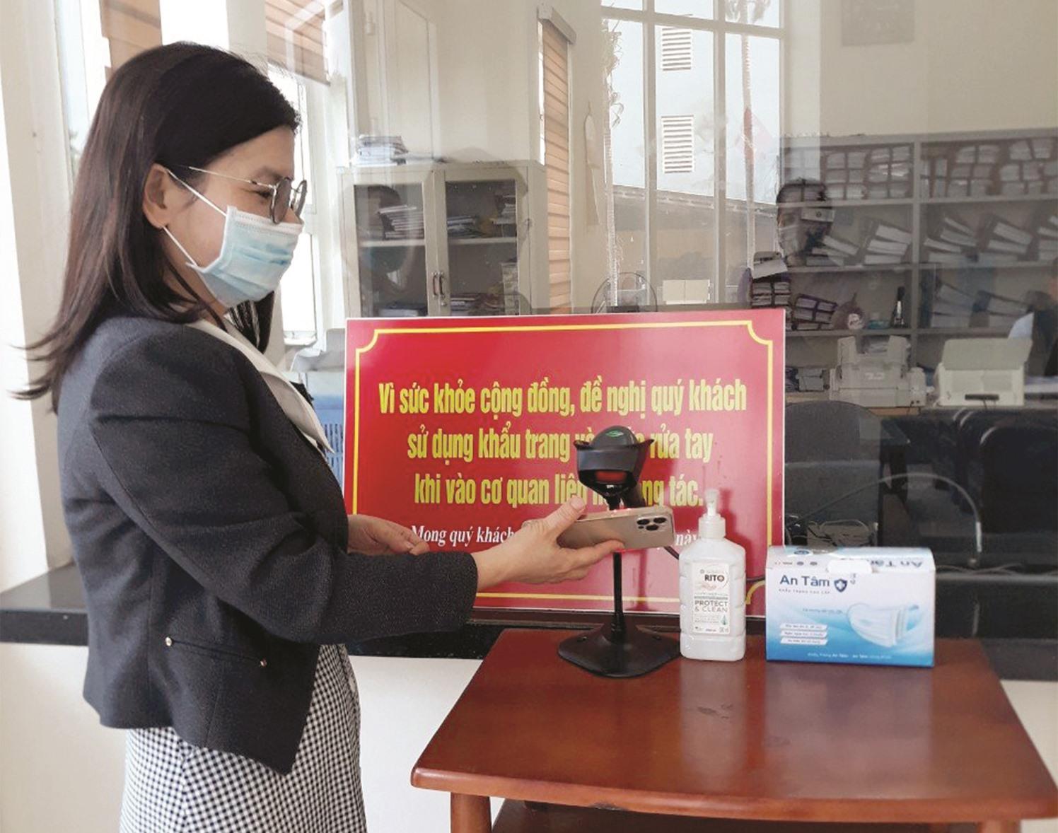 Ứng dụng quản lý khai báo y tế điện tử phục vụ phòng, chống dịch Covid-19. Trong ảnh: Quét mã QR code tại trụ sở Sở TT-TT . Ảnh do Sở TT-TT cung cấp