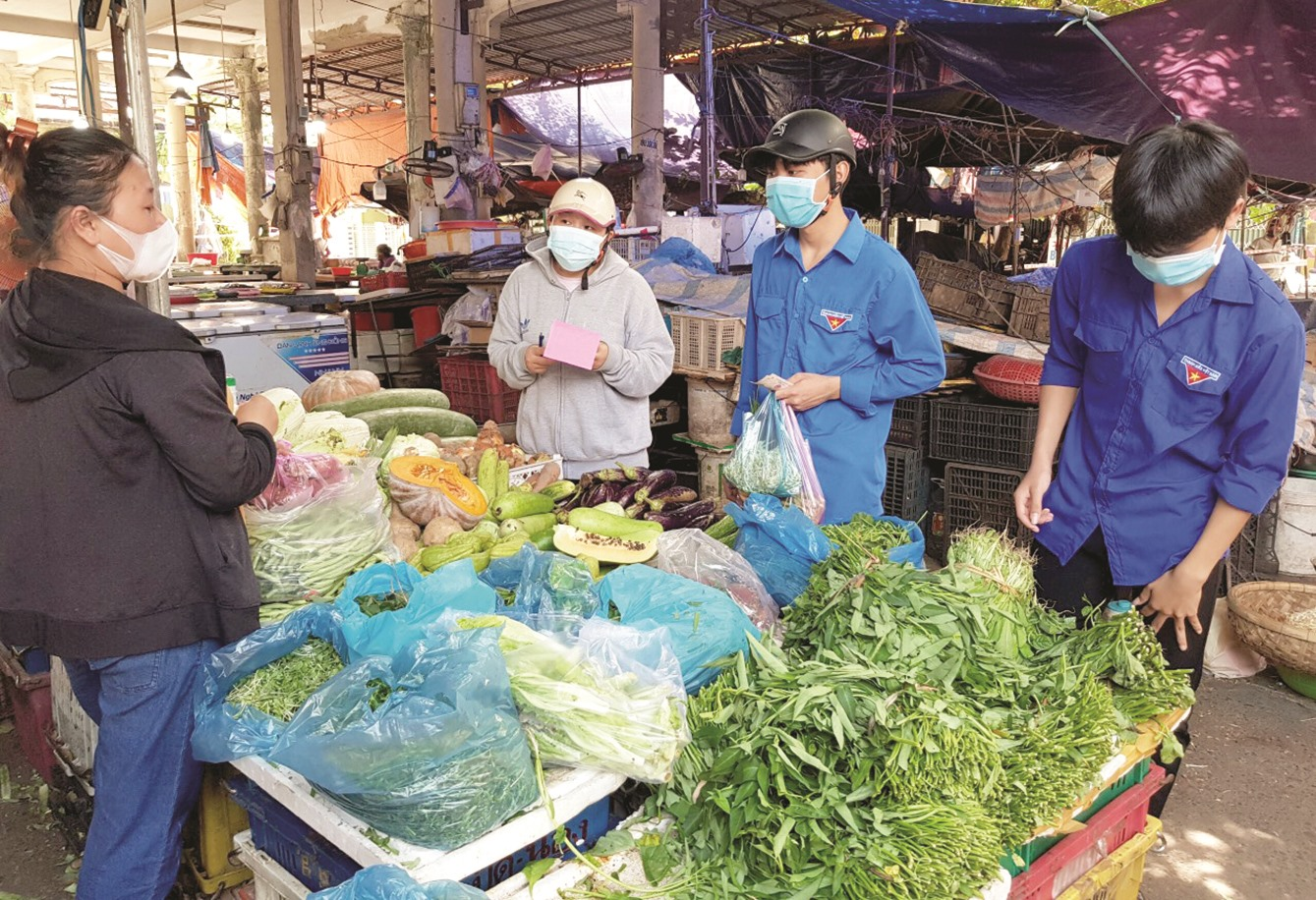 """Những """"shipper xanh"""" đi chợ giúp dân ở Hội An."""