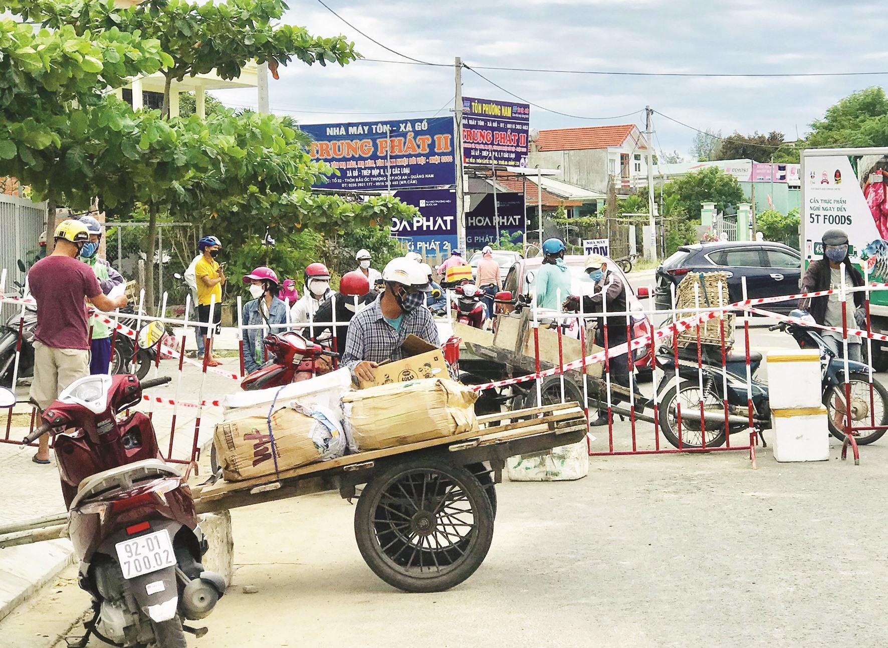 Tập kết hàng và chuyển qua một chốt kiểm soát ở ranh giới Hội An - Điện Bàn.