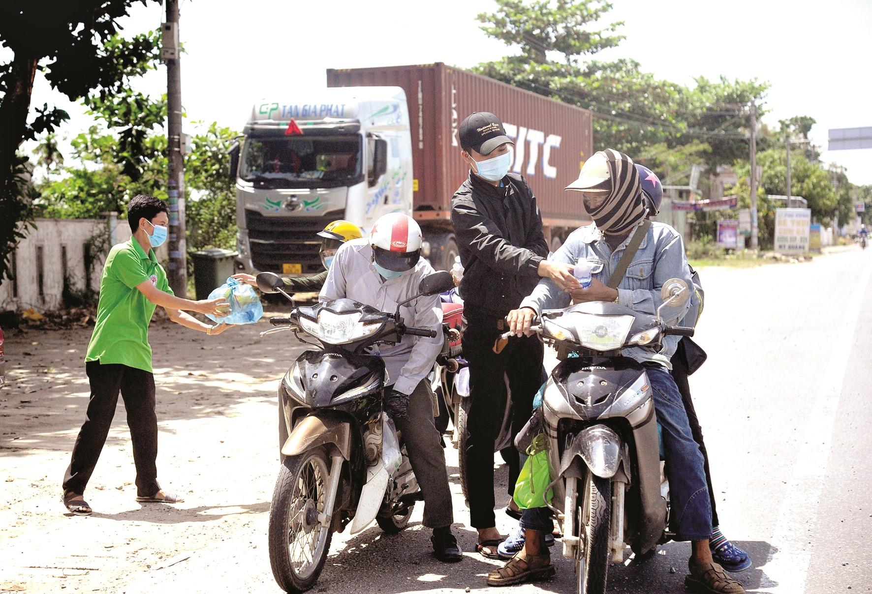 Người trẻ, người già của xứ Quảng cùng hỗ trợ những người về quê ngang qua địa phận Quảng Nam.