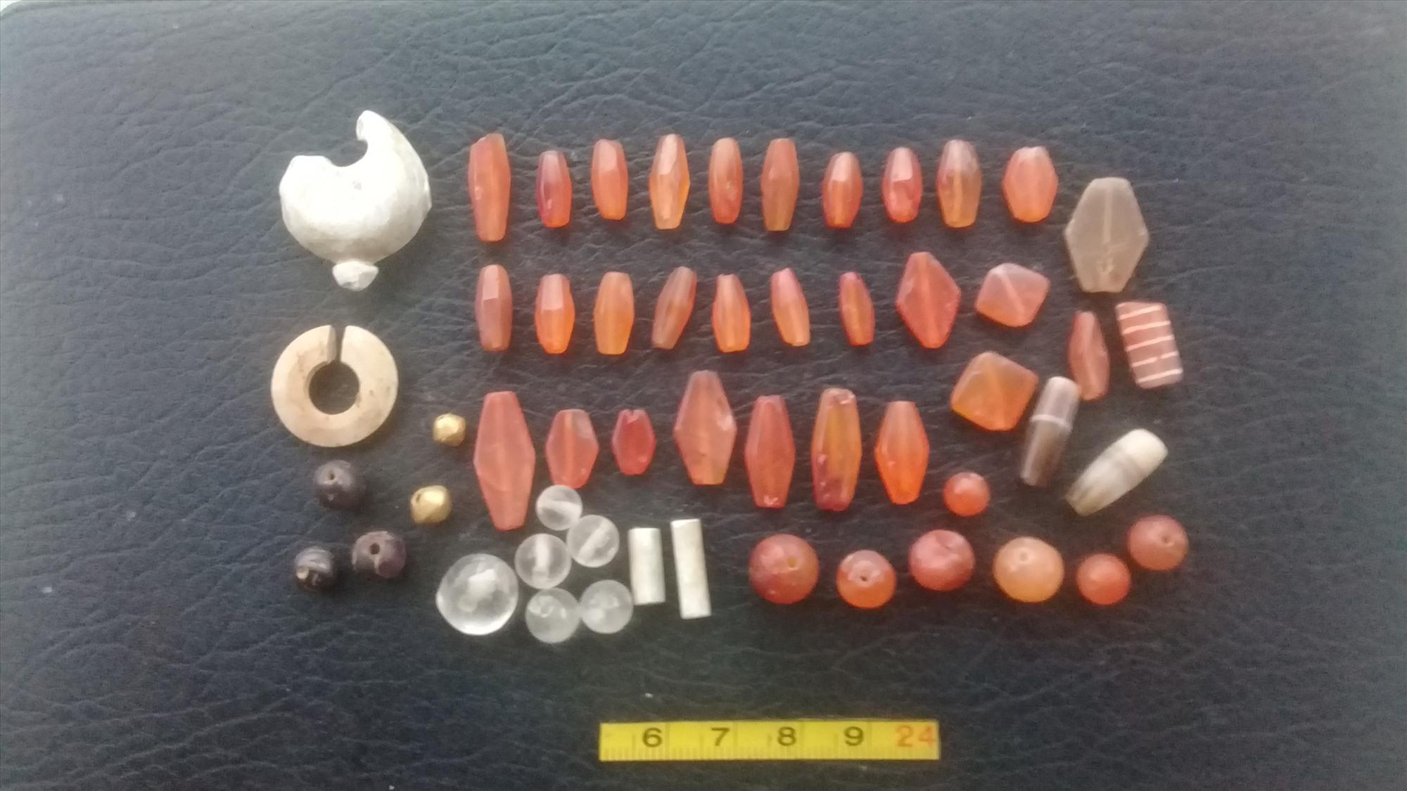 Đồ trang sức do ông Phán phát hiện tại địa điểm Bình An hiện còn đang lưu giữ.