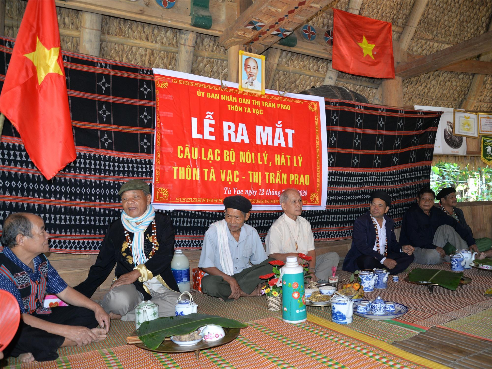 Các già làng hát lý trong ngày ra mắt CLB nói lý - hát lý thôn Tà Vạc (thị trấn P'rao). Ảnh: ĐĂNG NGUYÊN