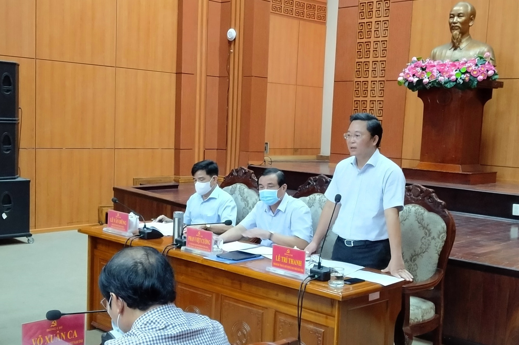 Chủ tịch UBND tỉnh Lê Trí Thanh điều hành thảo luận cùng người đứng đầu cấp ủy các địa phương tại hội nghị trực tuyến sáng nay 7.8. Ảnh: N.Đ