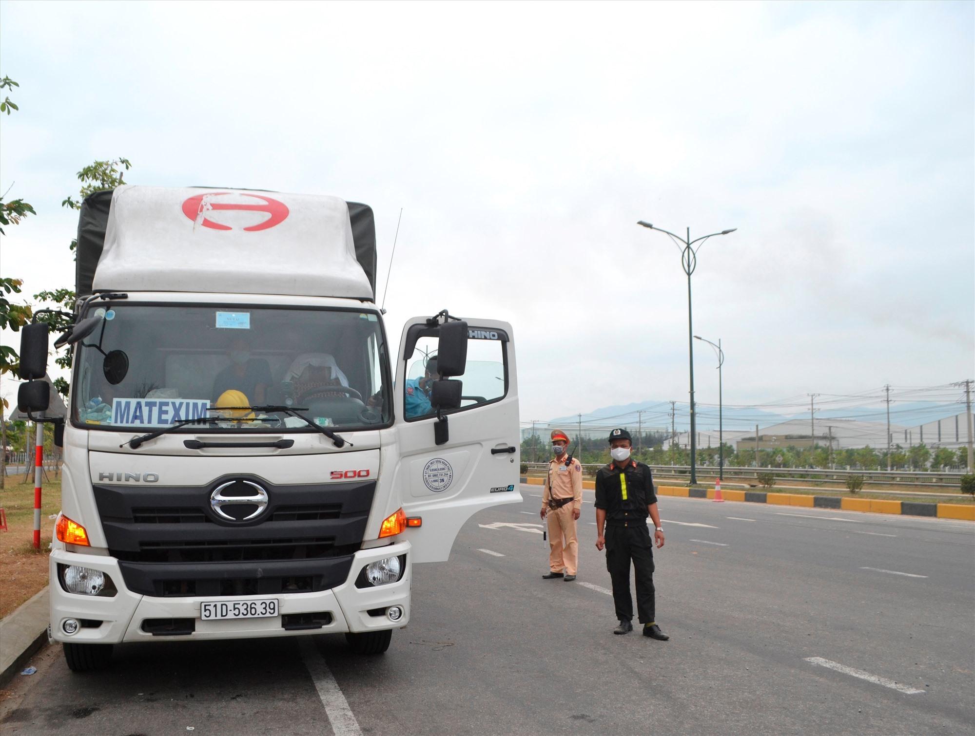 Phải tuân thủ nghiêm ngặt các quy định khi vận chuyển hàng hóa ra, vào Quảng Nam. Ảnh: C.T