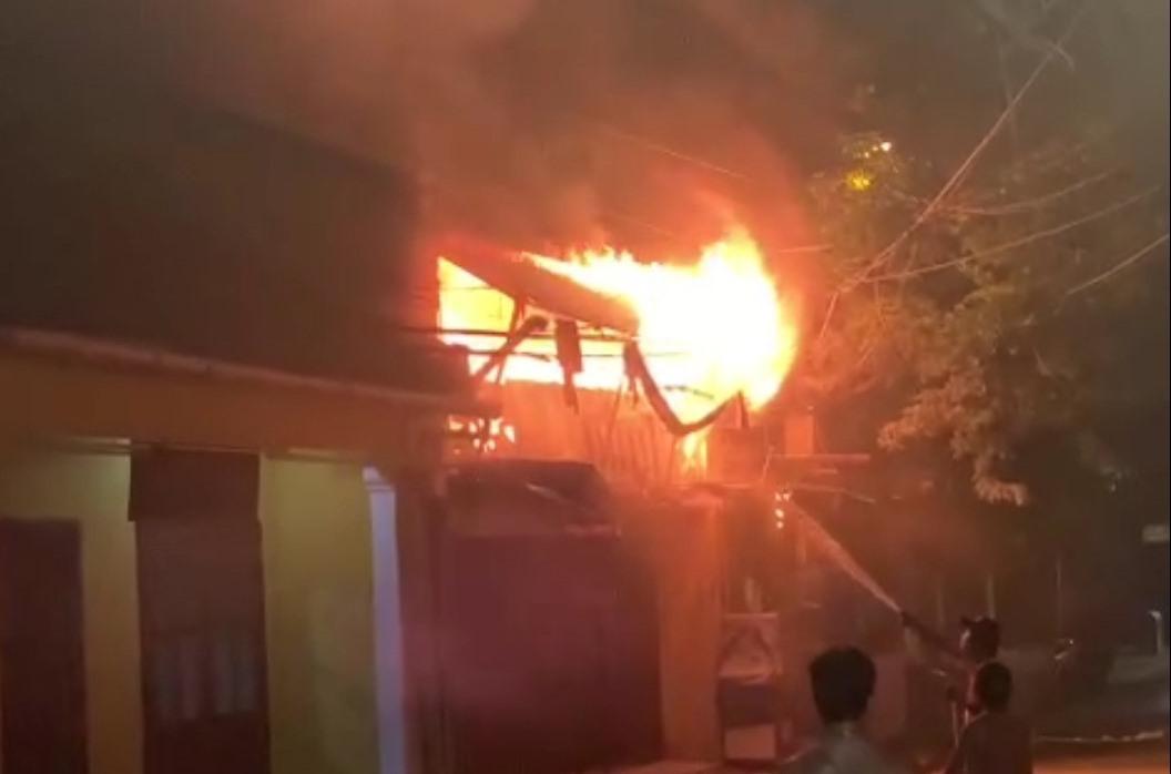 Người dân chữa cháy và điện báo Dân quân công an phường.