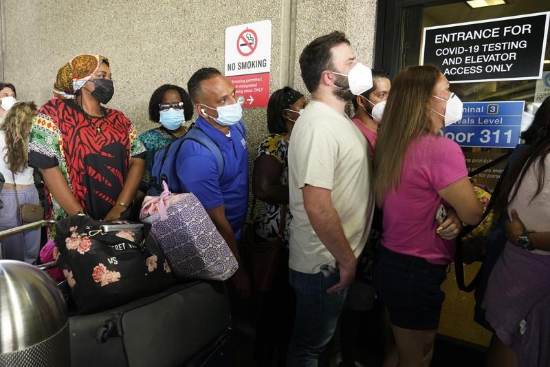 Hành khách xếp hàng dài chờ xét nghiệm COVID-19 để đi ra nước ngoài ở Sân bay Quốc tế Fort Lauderdale-Hollywood, ngày 6 tháng 8, 2021, ở Fort Lauderdale, Florida, Mỹ.