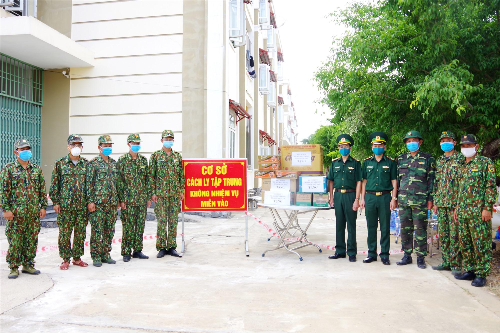Bộ chỉ huy BĐBP tỉnh tặng quà tại Khu cách ly tập trung tại Trường PTTH chuyên Lê Thánh Tông. Ảnh: HUỲNH CHÍN