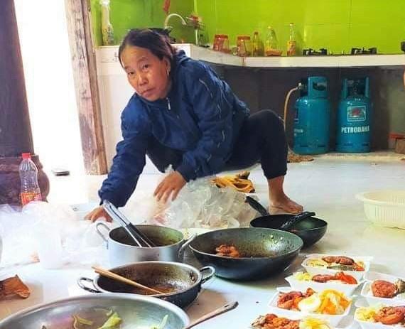 Bà Tem phân phối thức ăn chuẩn bị tặng cho khu cách ly. Ảnh: H.T.G