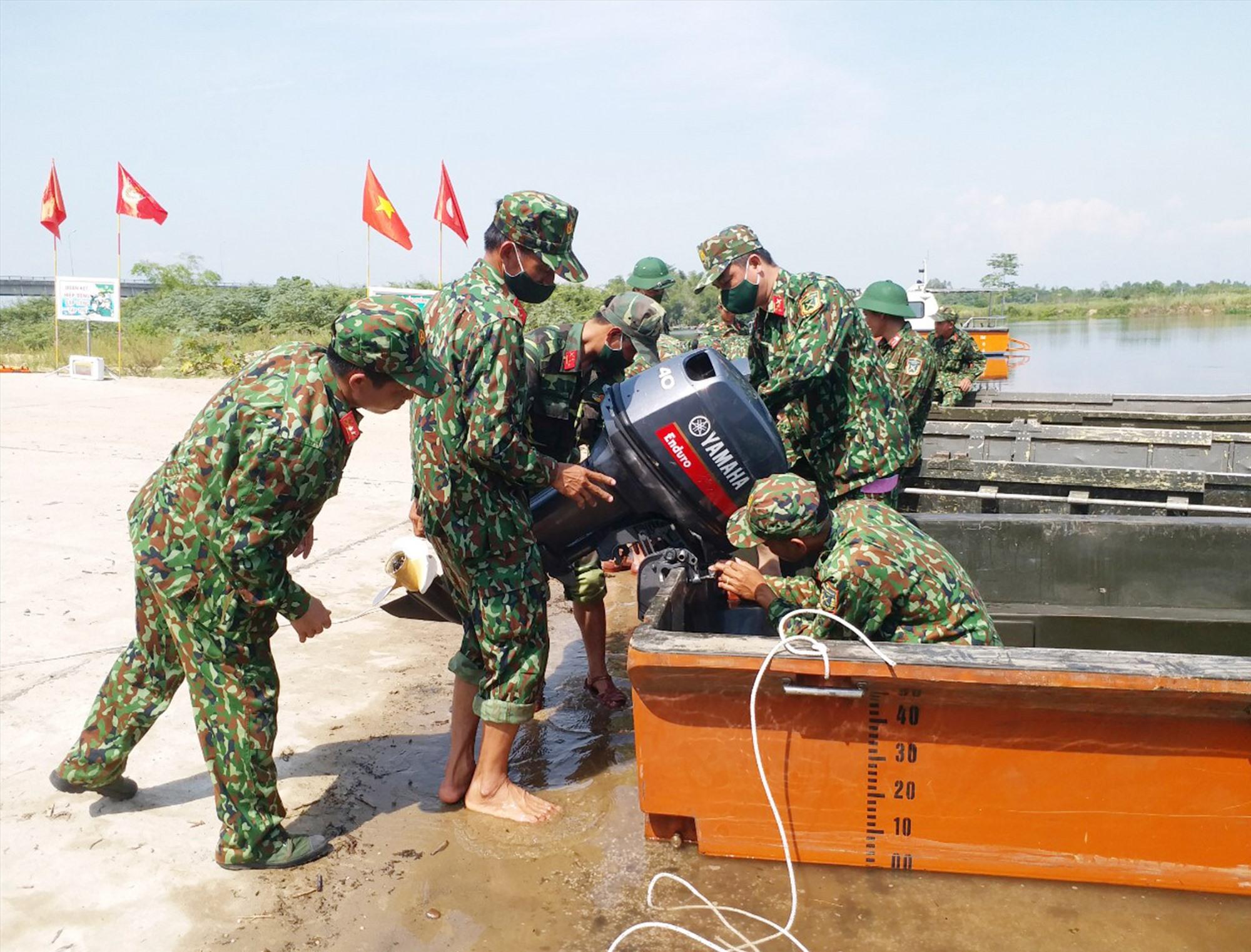 Lữ đoàn Công binh 270 huấn luyện gá lắp máy đẩy và xuồng VSN1500.Ảnh: L.T