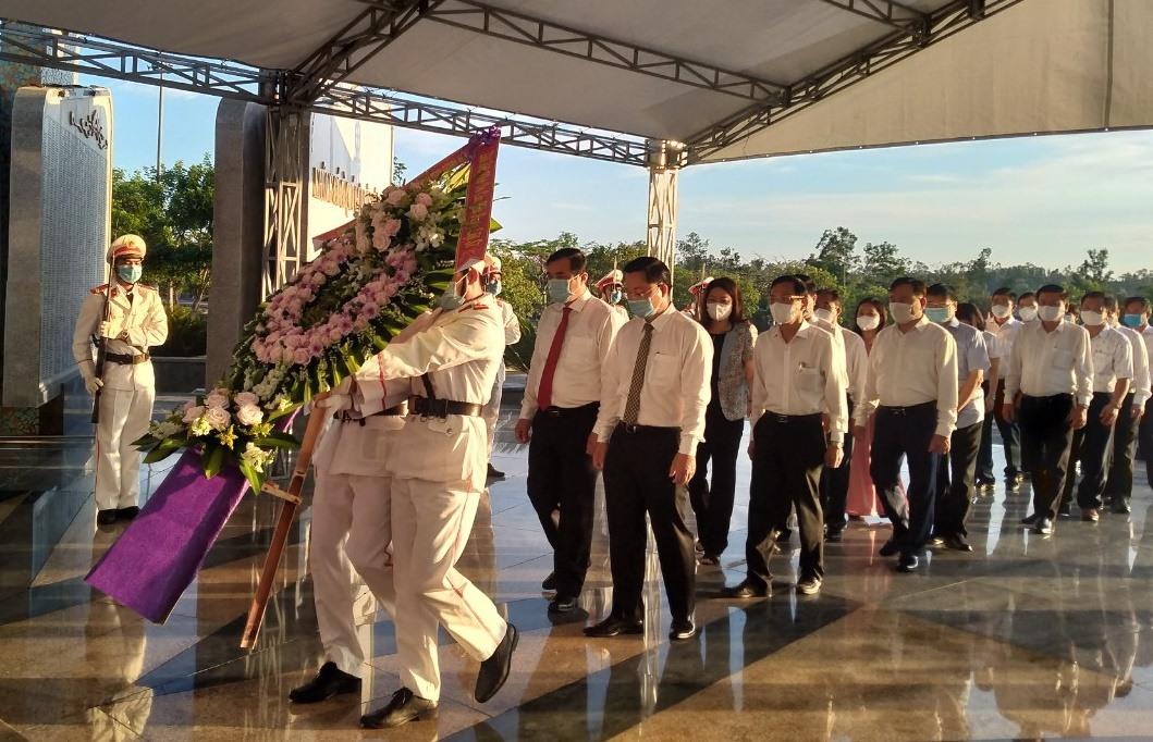 Đoàn đại biểu Tỉnh ủy - HĐND - UBND - Ủy ban MTTQ Việt Nam tỉnh dâng hoa, viếng hương các anh hùng liệt sĩ sáng nay 1.9. Ảnh: N.Đ