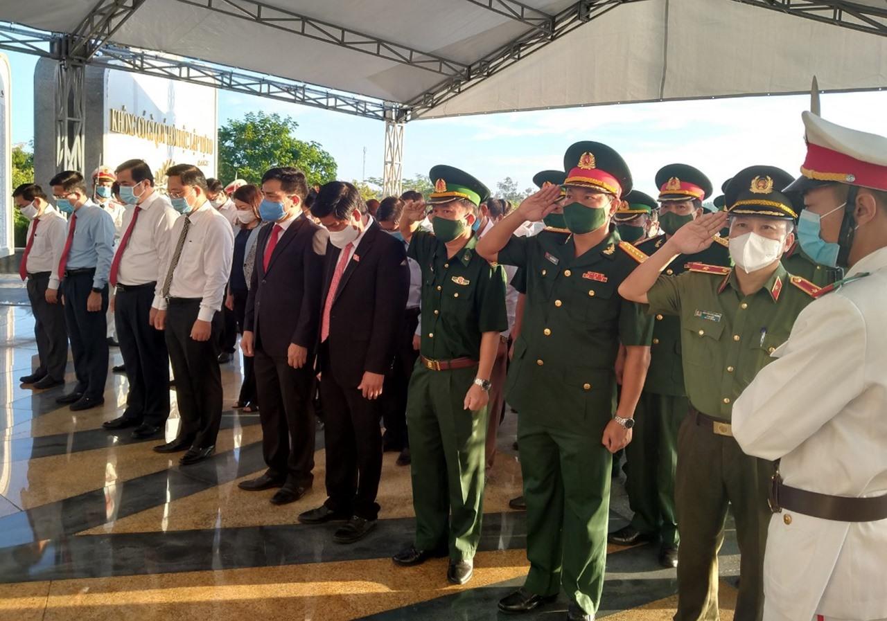 Các đại biểu mặc niệm tưởng nhớ, tri ân các anh hùng liệt sĩ. Ảnh: N.Đ