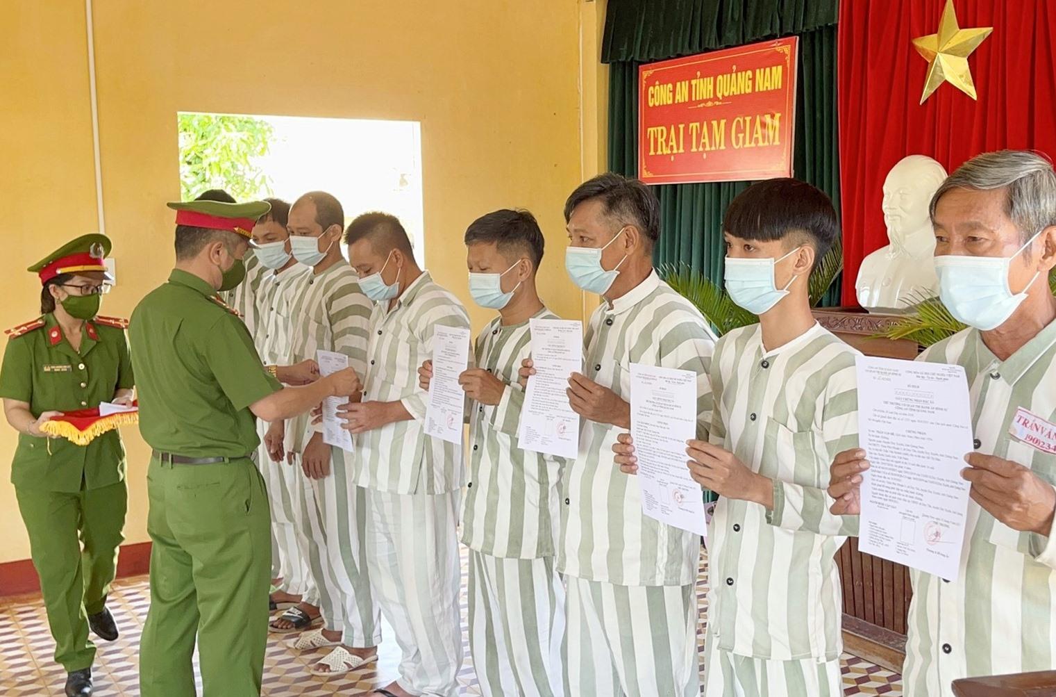 Trại tạm giam Công an tỉnh Công bố quyết định đặc xá của Chủ tịch nước cho các phạm nhân