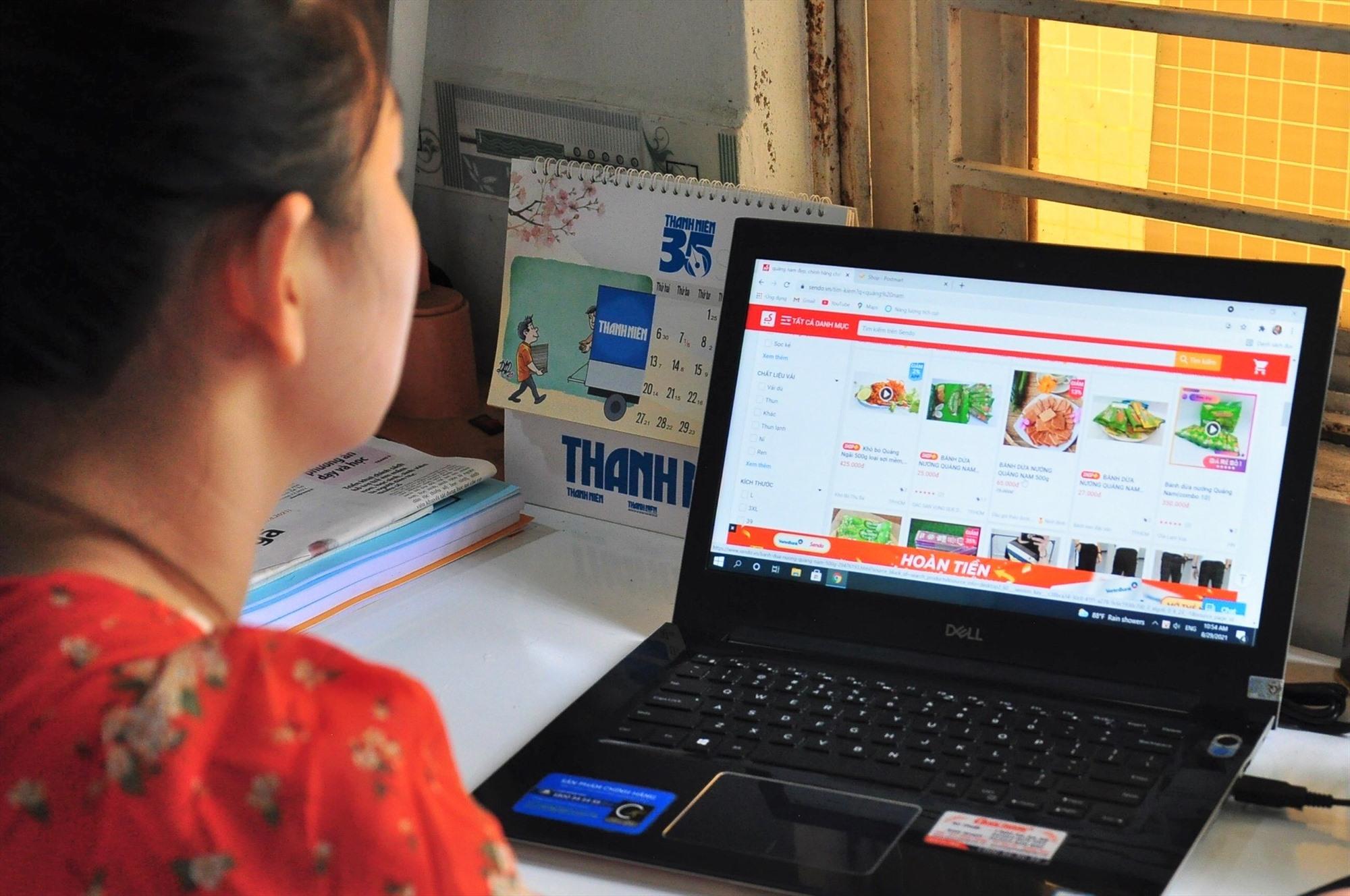 Ngày nay, người tiêu dùng dễ dàng mua sắm trực tuyến chỉ với một vài thao tác trên điện thoại thông minh hoặc máy tính. Ảnh: A.Q